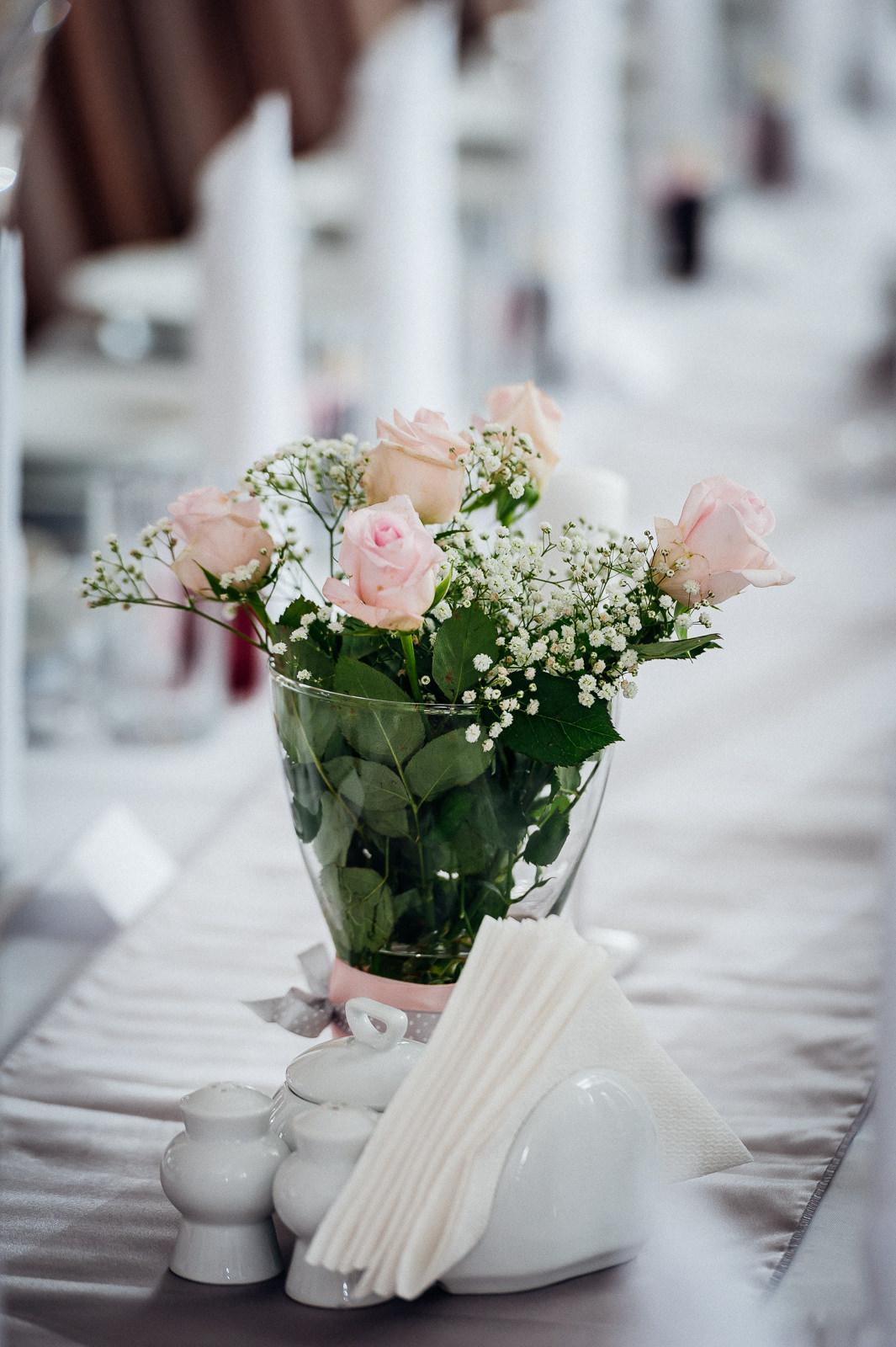 Kwiaty na stole umilą każdy posiłek Sala Bankietowa Aura
