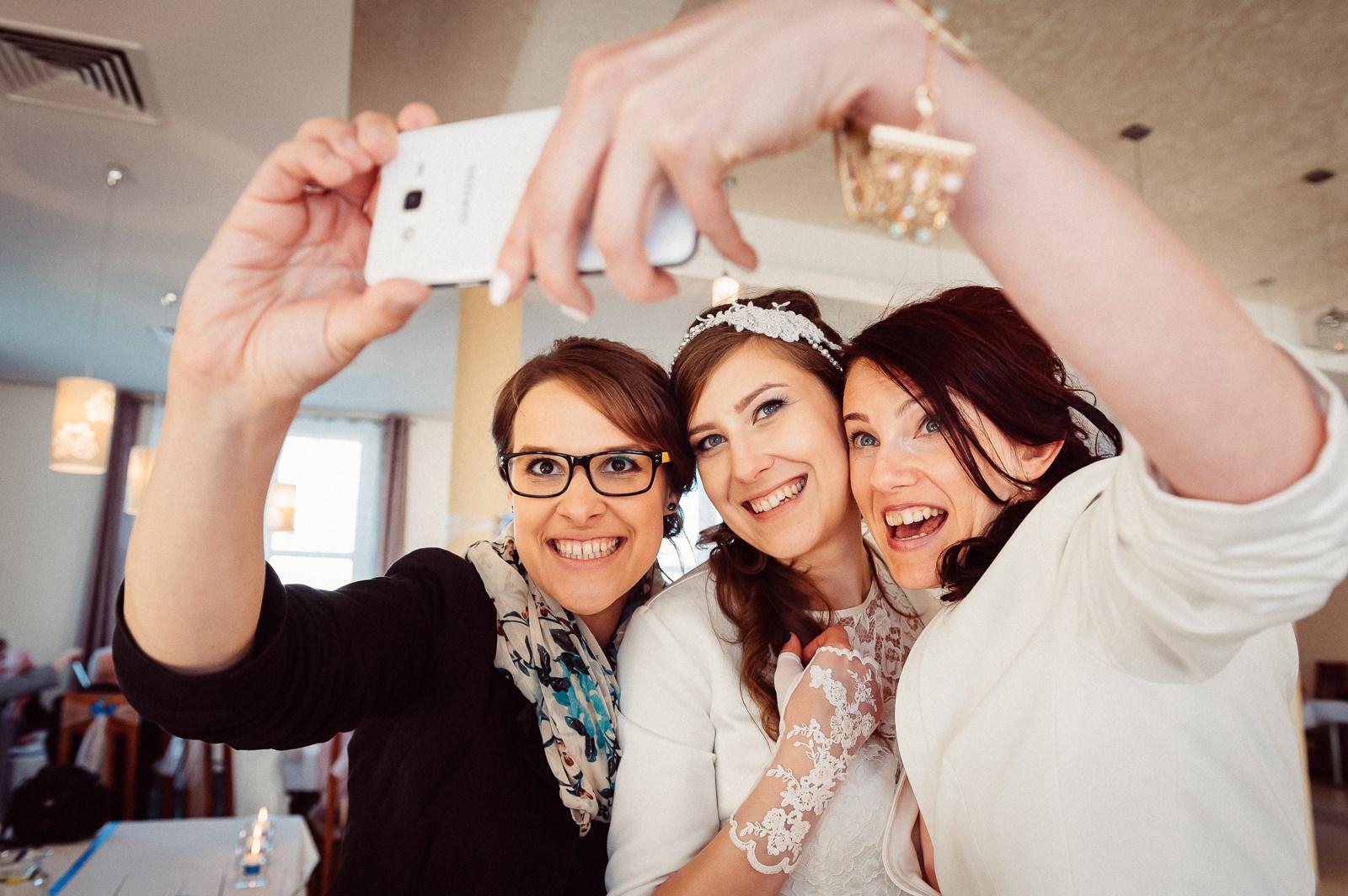 Pamiątkowe selfie z przyjaciółkami na weselu Sala Bankietowa Aura