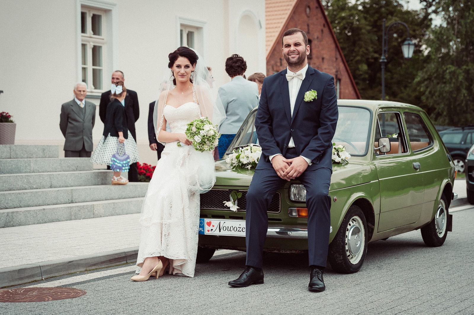 Państwo Młodzi przed wyjazdem na ślub do kościoła