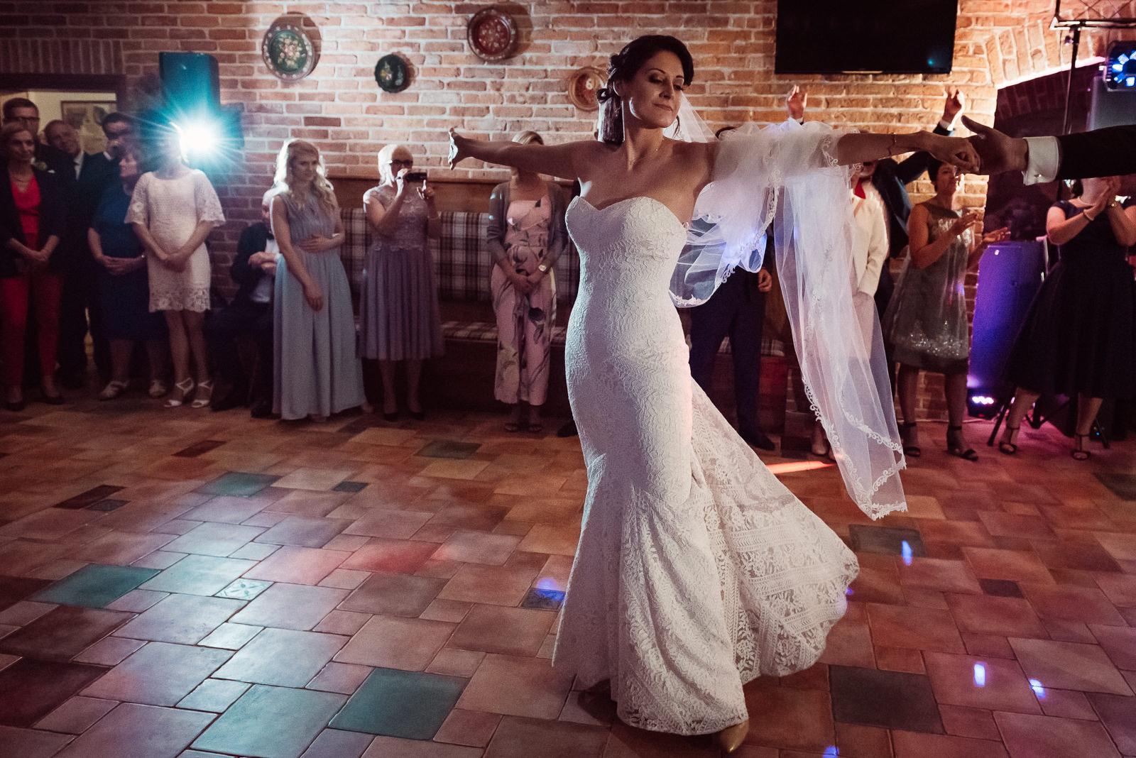 Panna Młoda tańcząca w Sali Dworskiej