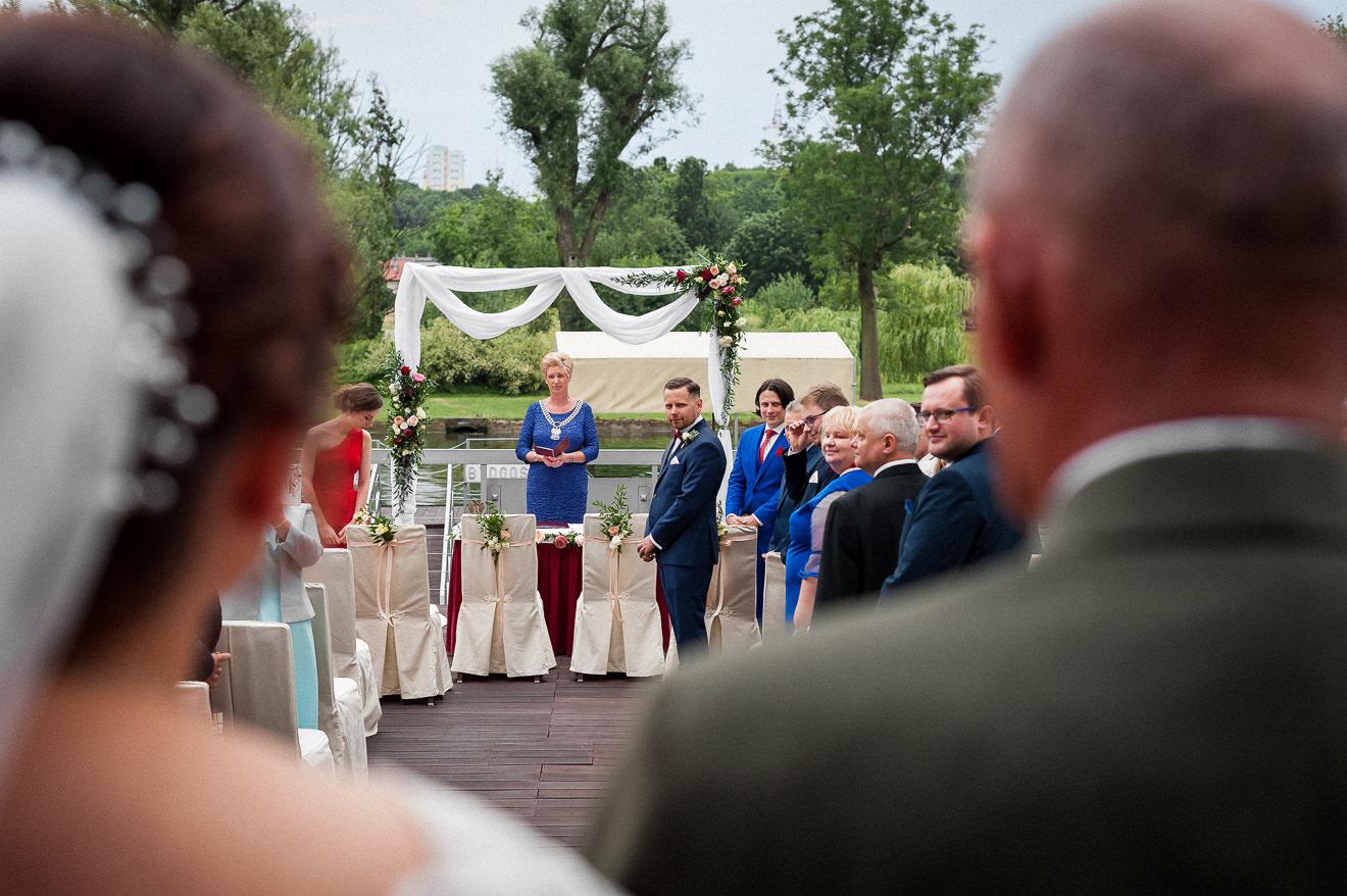 Ślub cywilny na tarasie hotelu nad rzeką