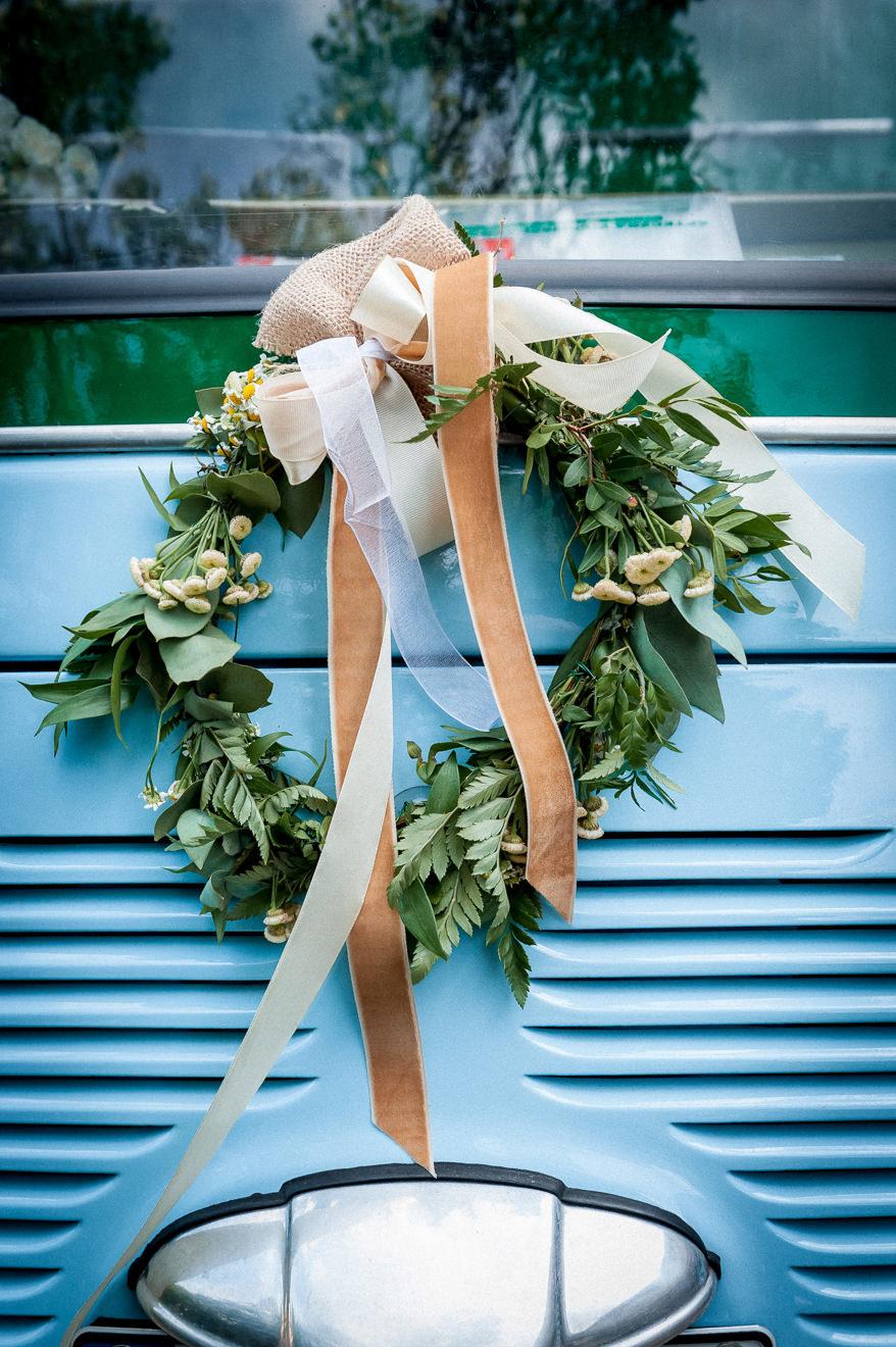 Wieniec dekoracyjny na samochodzie do ślubu
