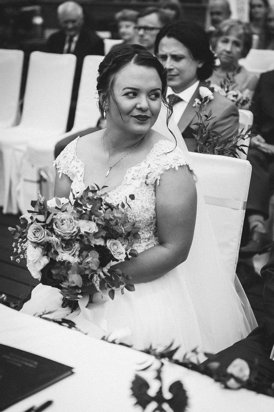 Ślub plenerowy Panna Młoda zerka na wybranka