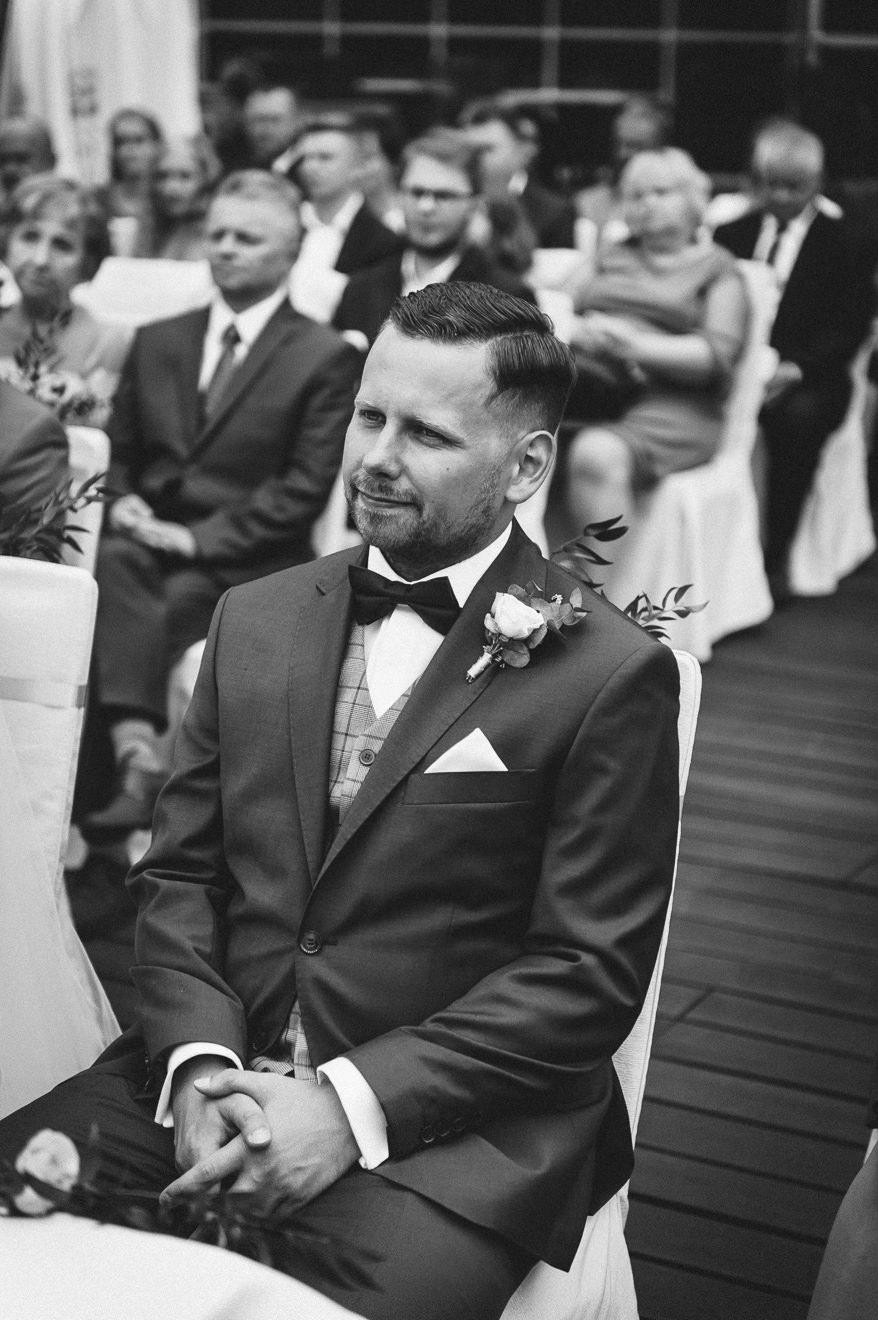 Pan Młody na ślubie plenerowym
