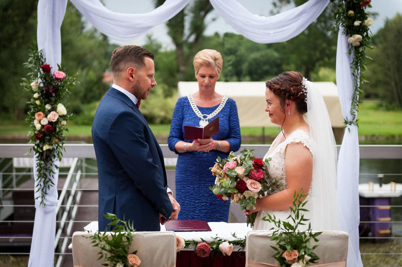 Przysięga małżeńska na ślubie plenerowym