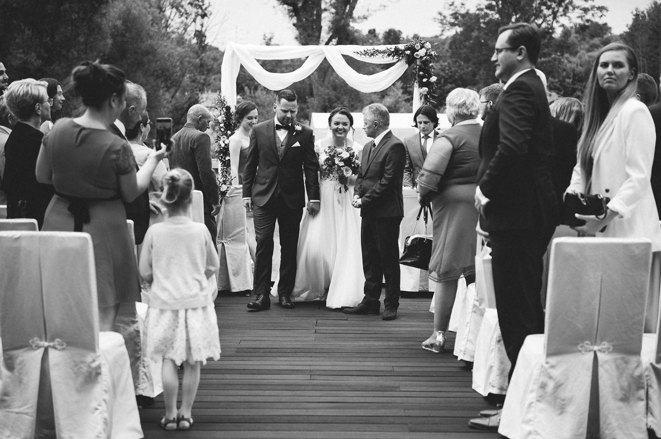 Ślub w plenerze - świeżo poślubieni małżonkowie