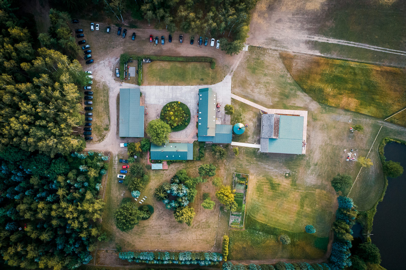 Widok z drona na miejsce ślubu w plenerze
