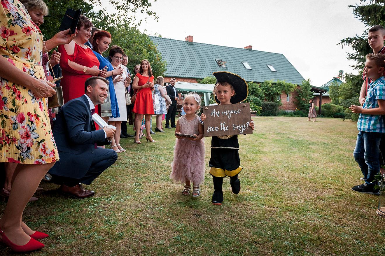 Dzieci na ślubie w plenerze
