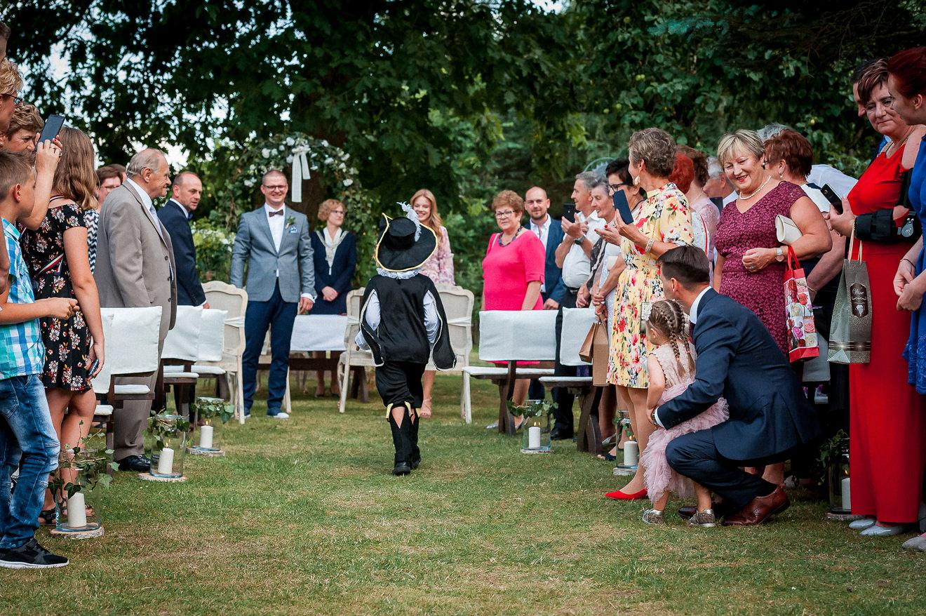 Goście weselni na ślubie w ogrodzie
