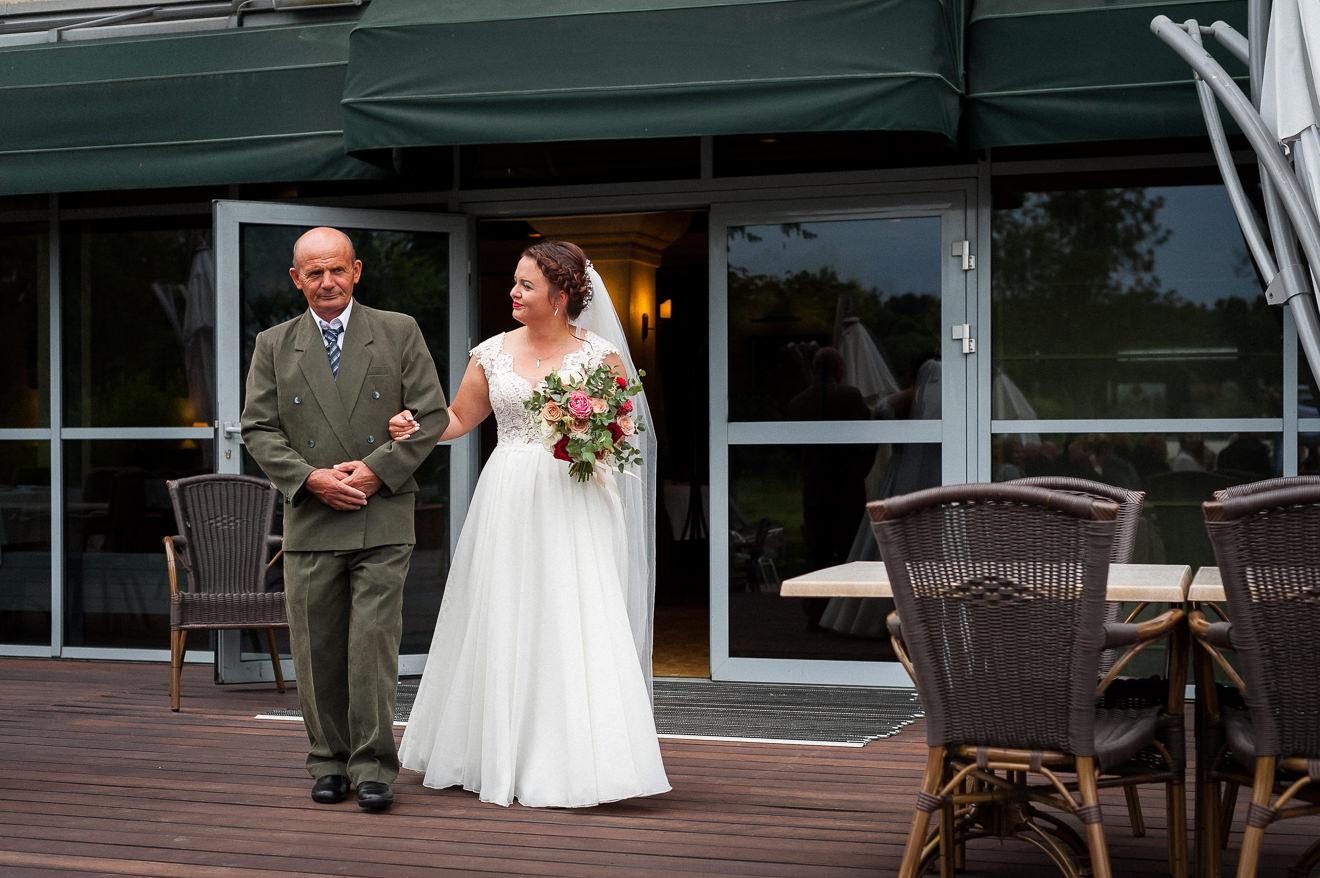 Ślub plenerowy - Panna Młoda prowadzona przez ojca
