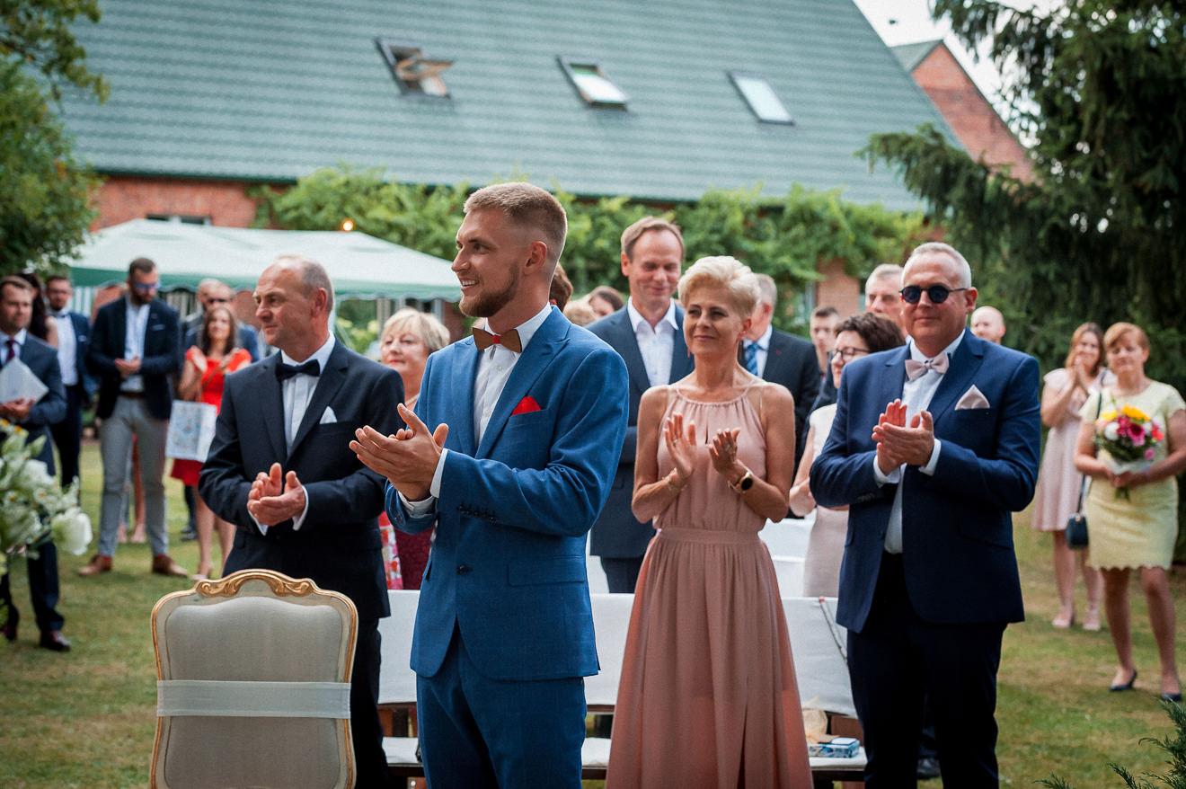 Aplauz gości na ślubie w plenerze
