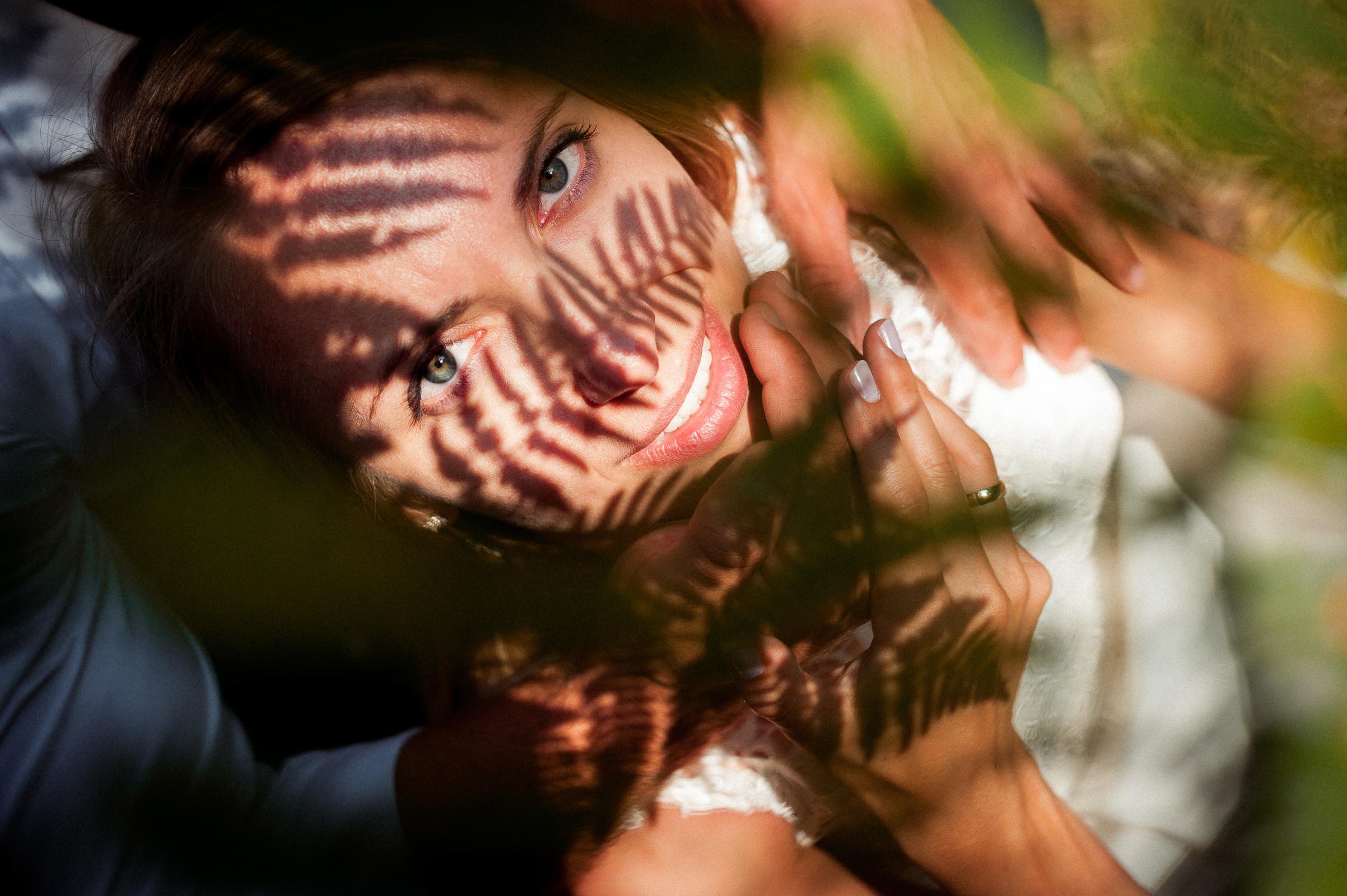 gra swiateł i cieni na twarzy panny młodej - portret w trakcie sesji slubnej