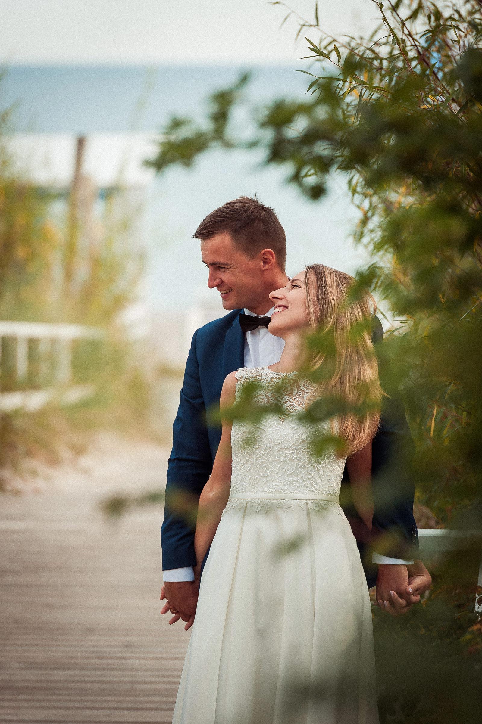 para młoda pozująca na sesji ślubnej w plenerze w Jastarni