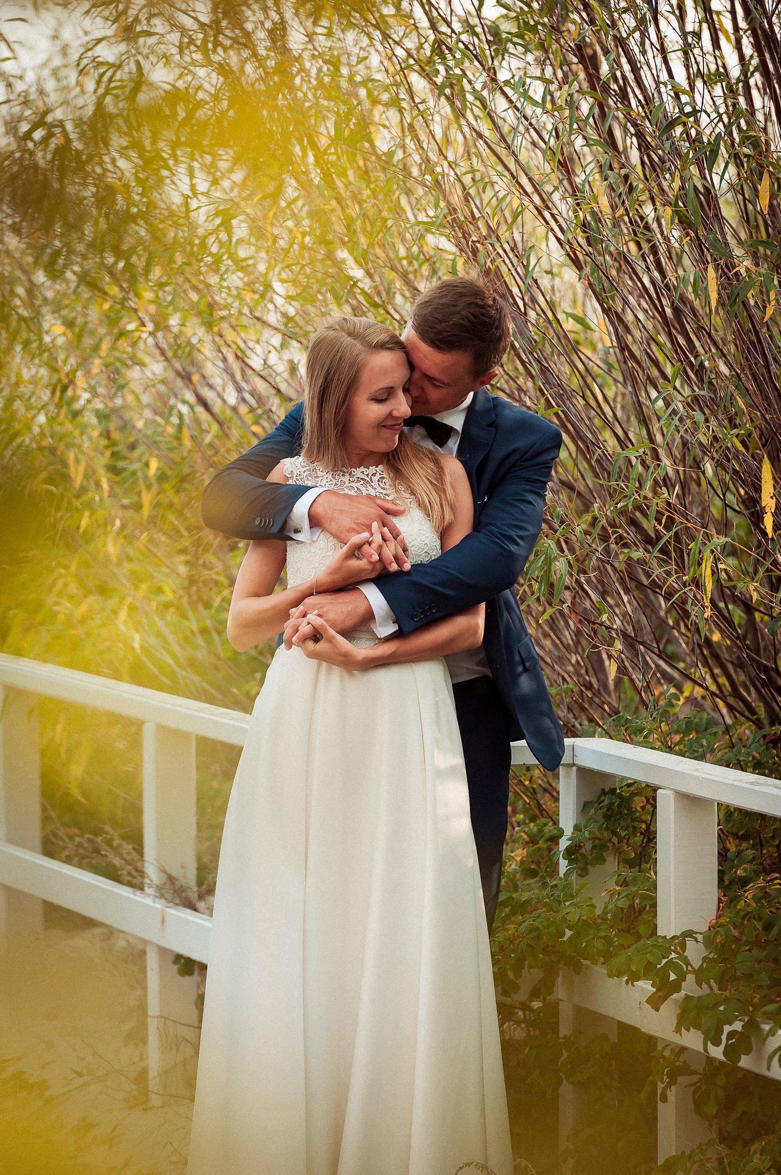 sesja ślubna - pan młody przytula do siebie swoją wybrankę