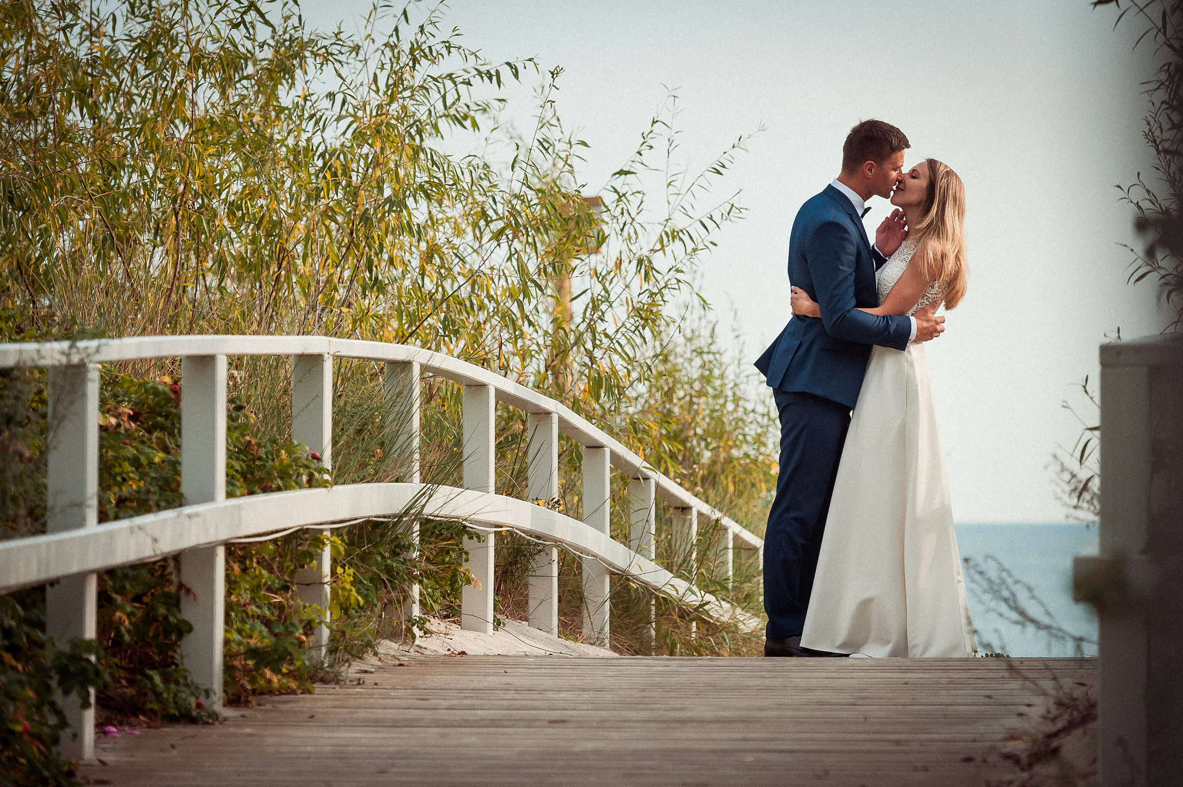 romantyczny pocałunek pomiedzy wydmami na tle morza w Jastarni