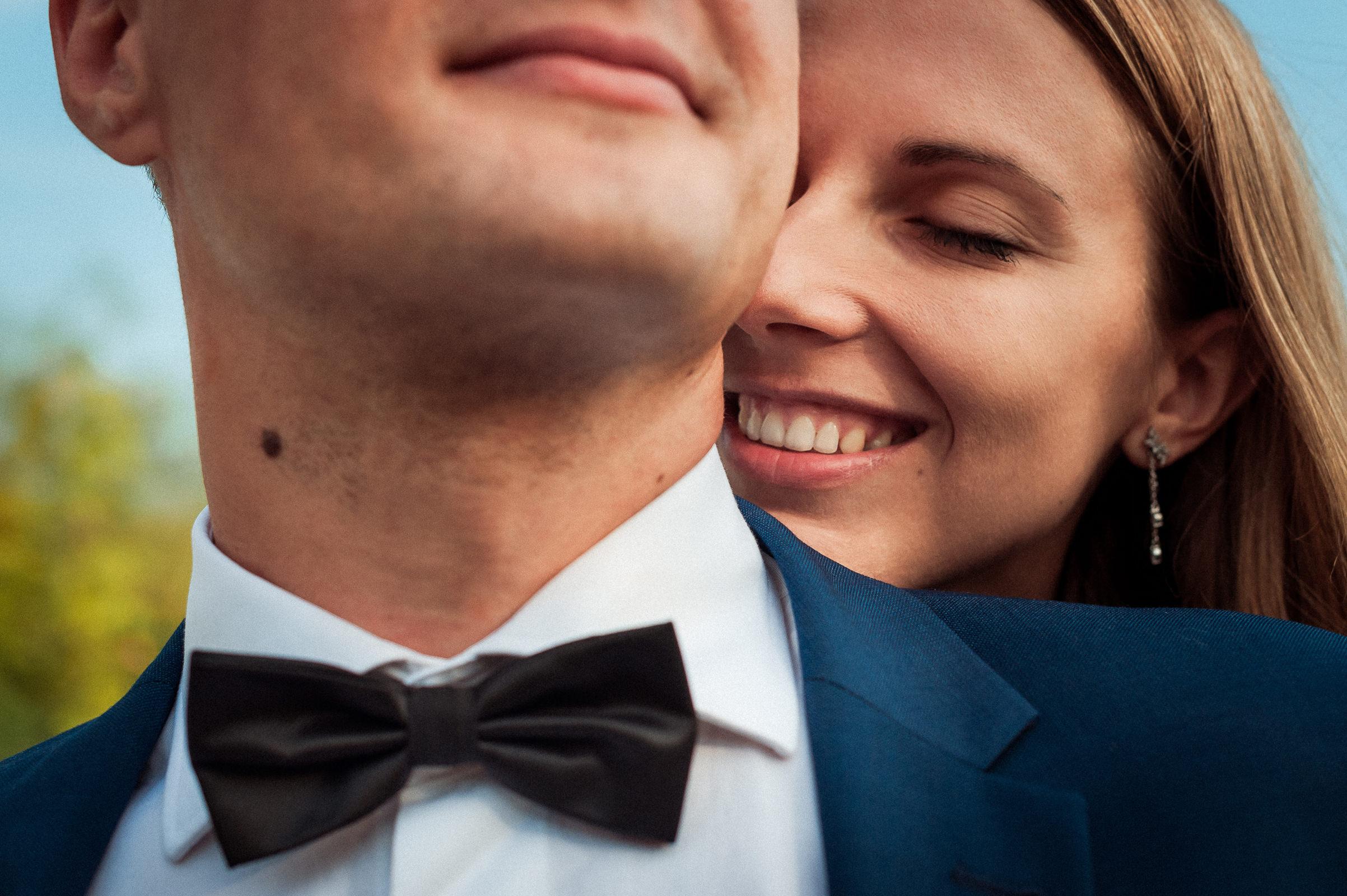 sesja ślubna - uśmiech zadowolenia na twarzach pary młodej