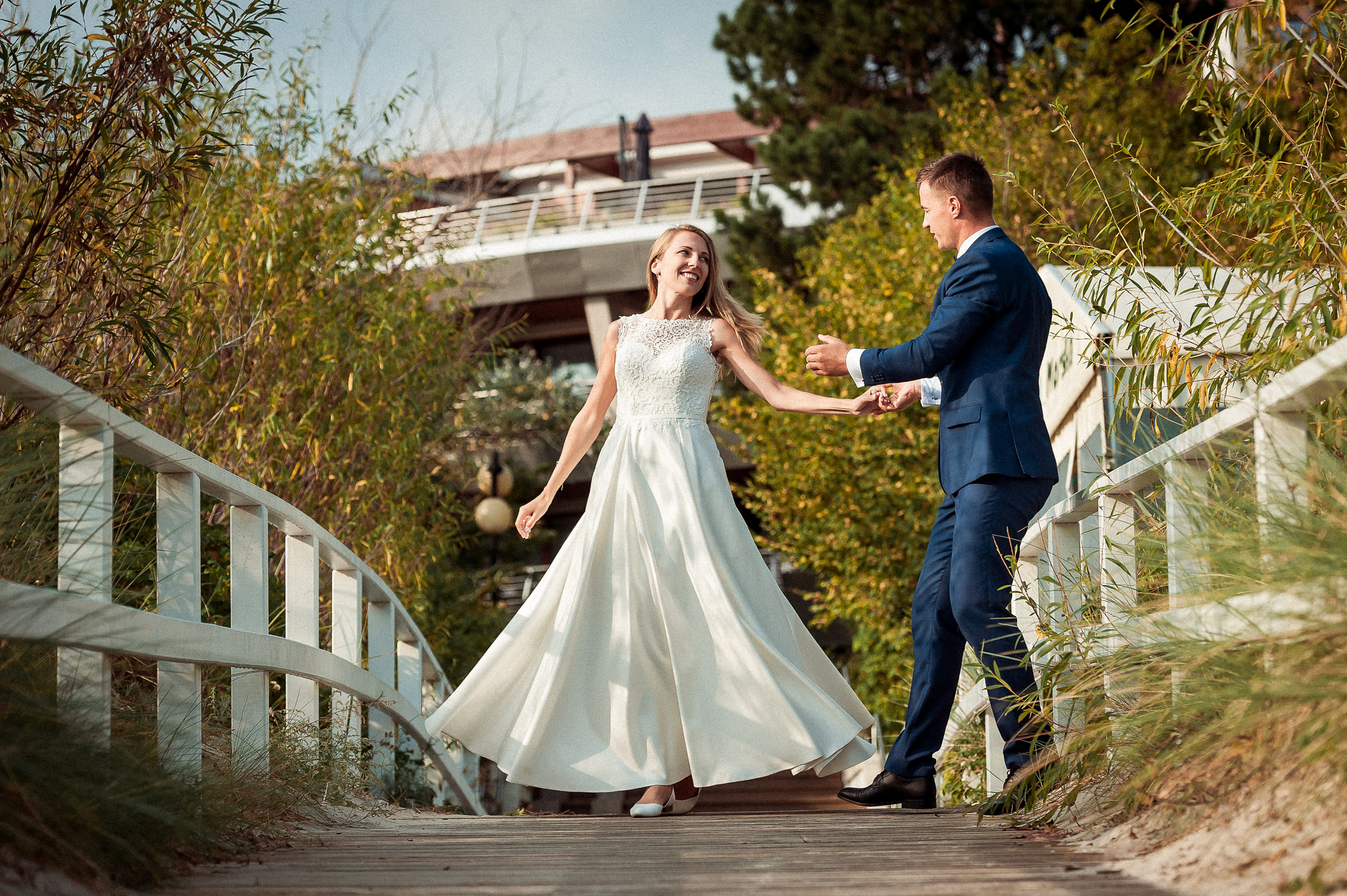 Romantyczny taniec pary młodej na plenerze ślubnym w Jastarni