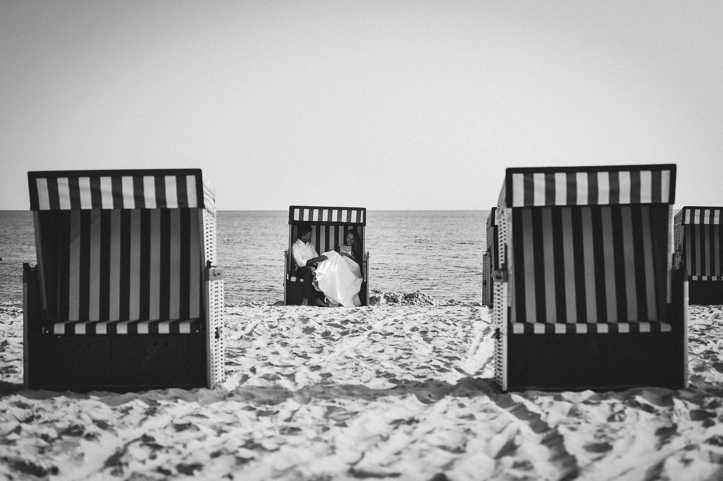 kosze plażowe to bardzo wdzięczny motyw do wykorzystania w sesji slubnej na plaży