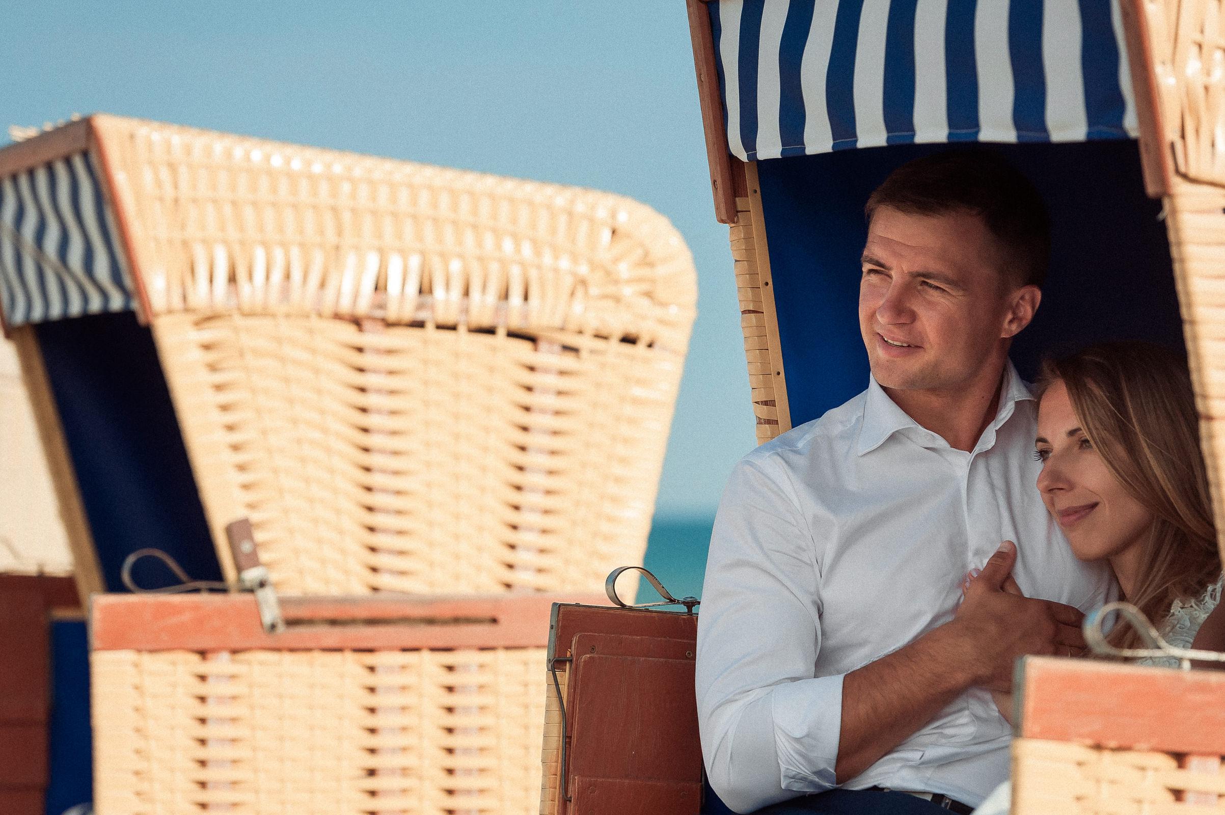 chwila wytnienia w plażowym koszu w trakcie pozowania do sesji ślubnej w plenerze na plaży w Jastarni