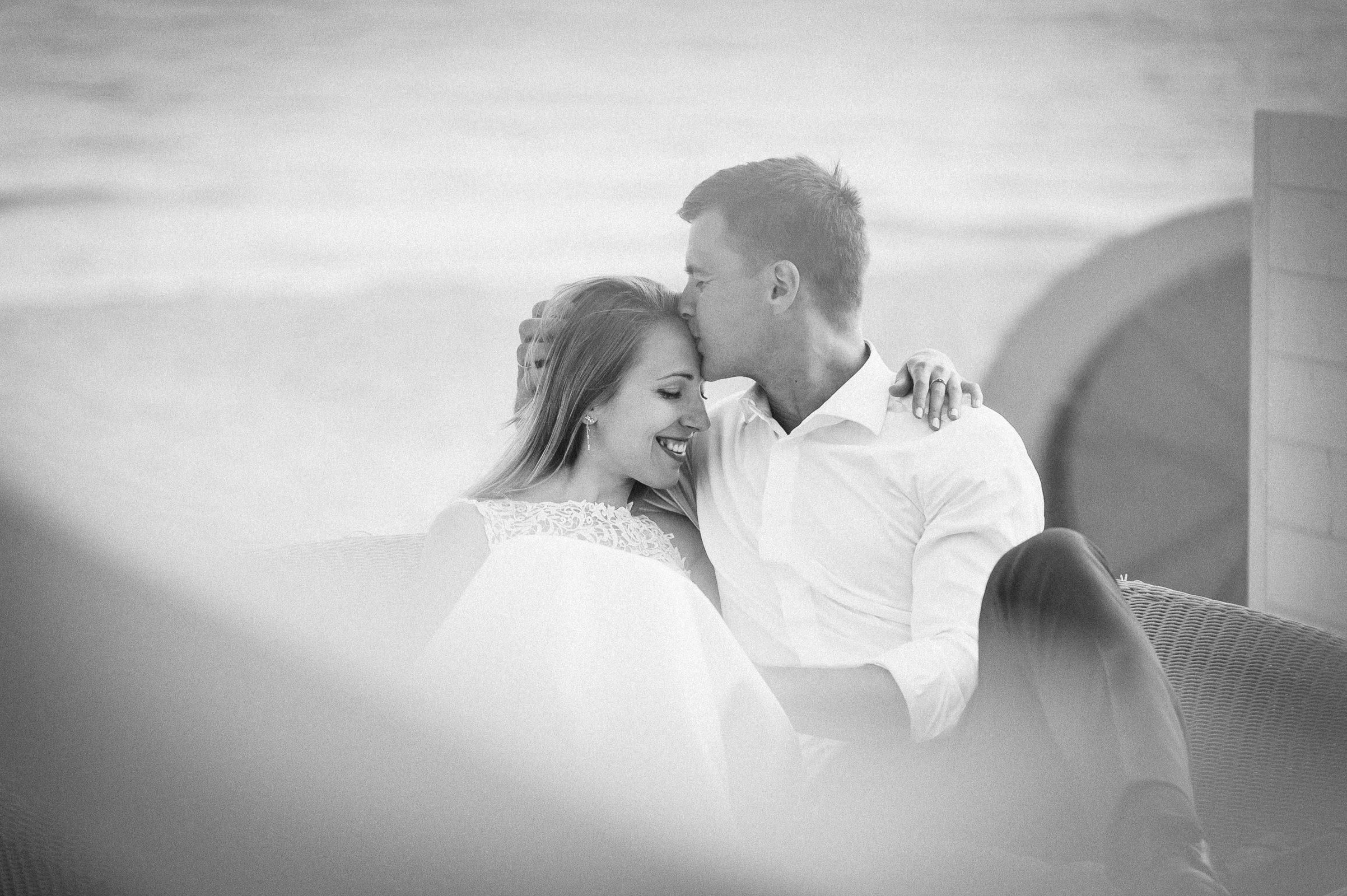 ukradkowe ujęcie na chwilę czułości podczas sesji ślubnej w plenerze