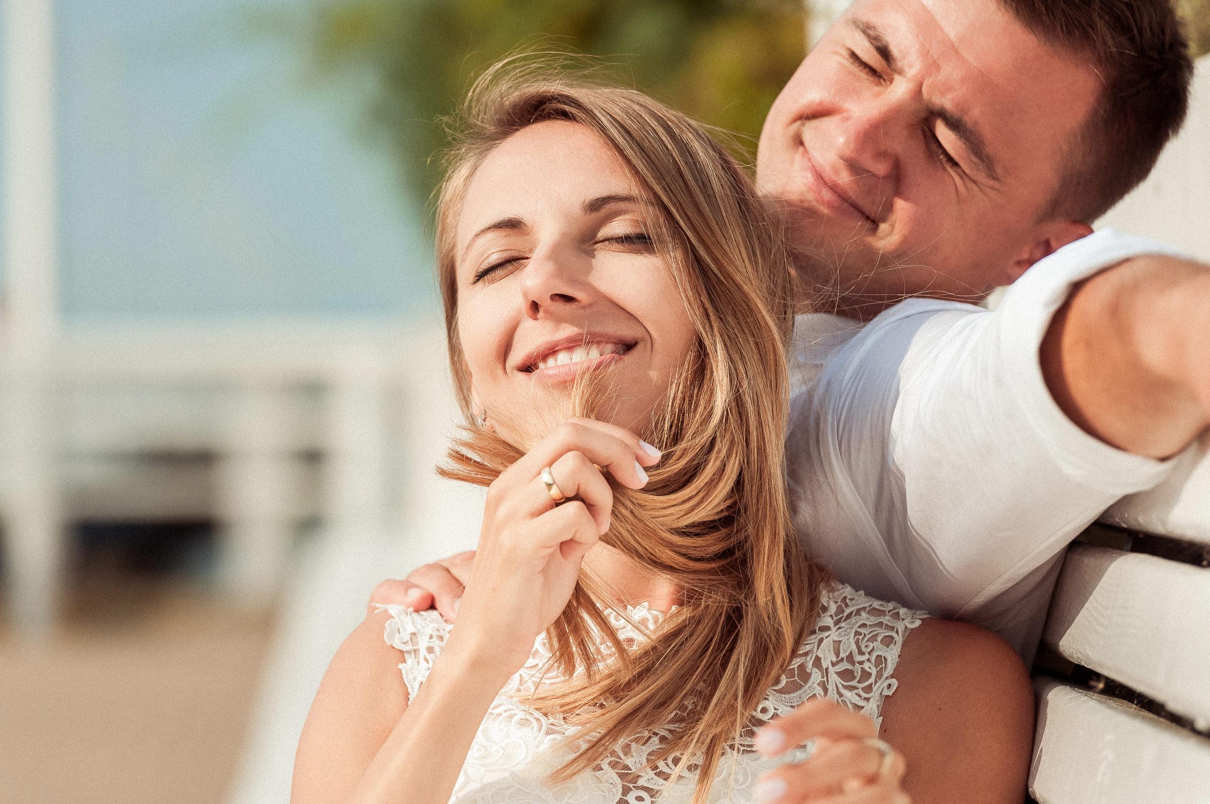 błogie chwile w promieniach letniego słońca na plenerowej sesji ślubnej w Juracie