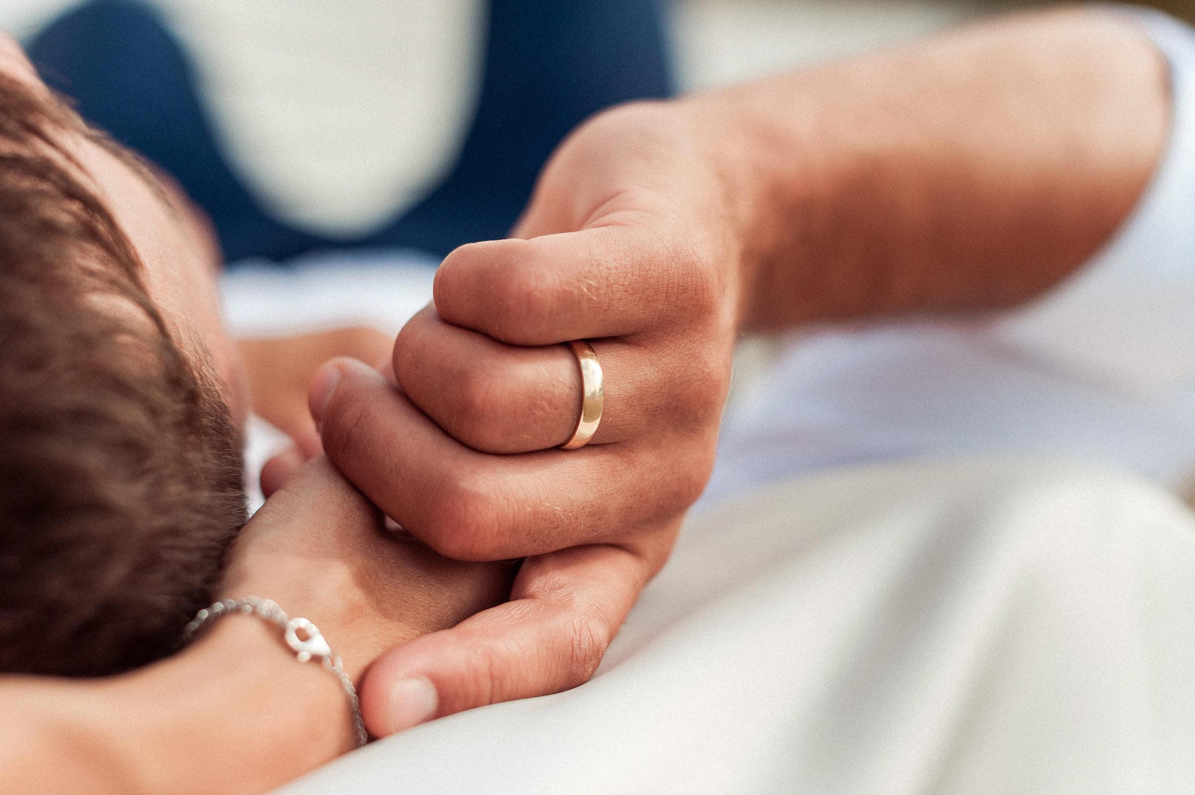 Obrączka na palcu pana młodego na zdjęciu z pleneru ślubnego