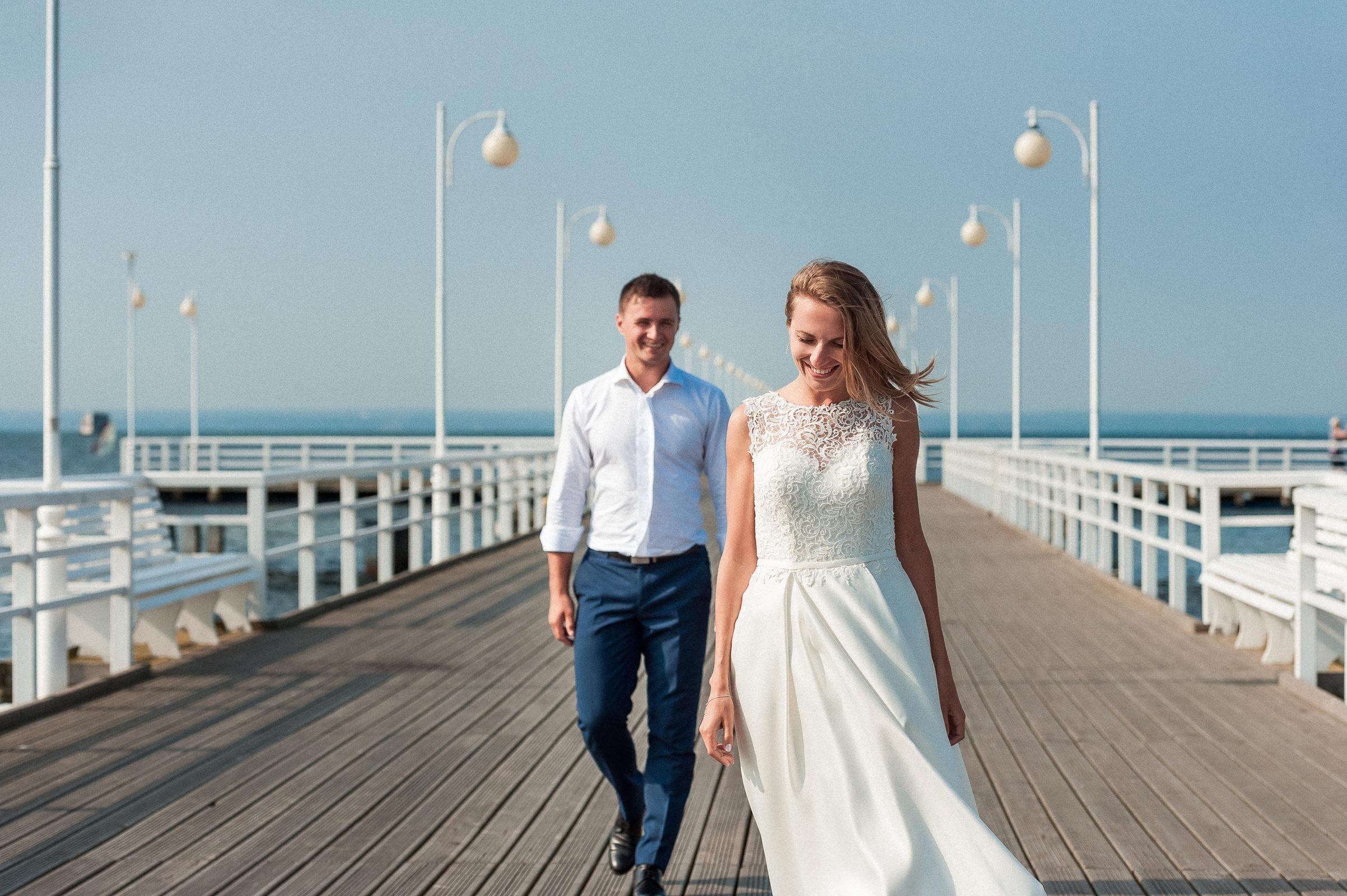 radosny spacer po molo w Juracie na Plenerze ślubnym