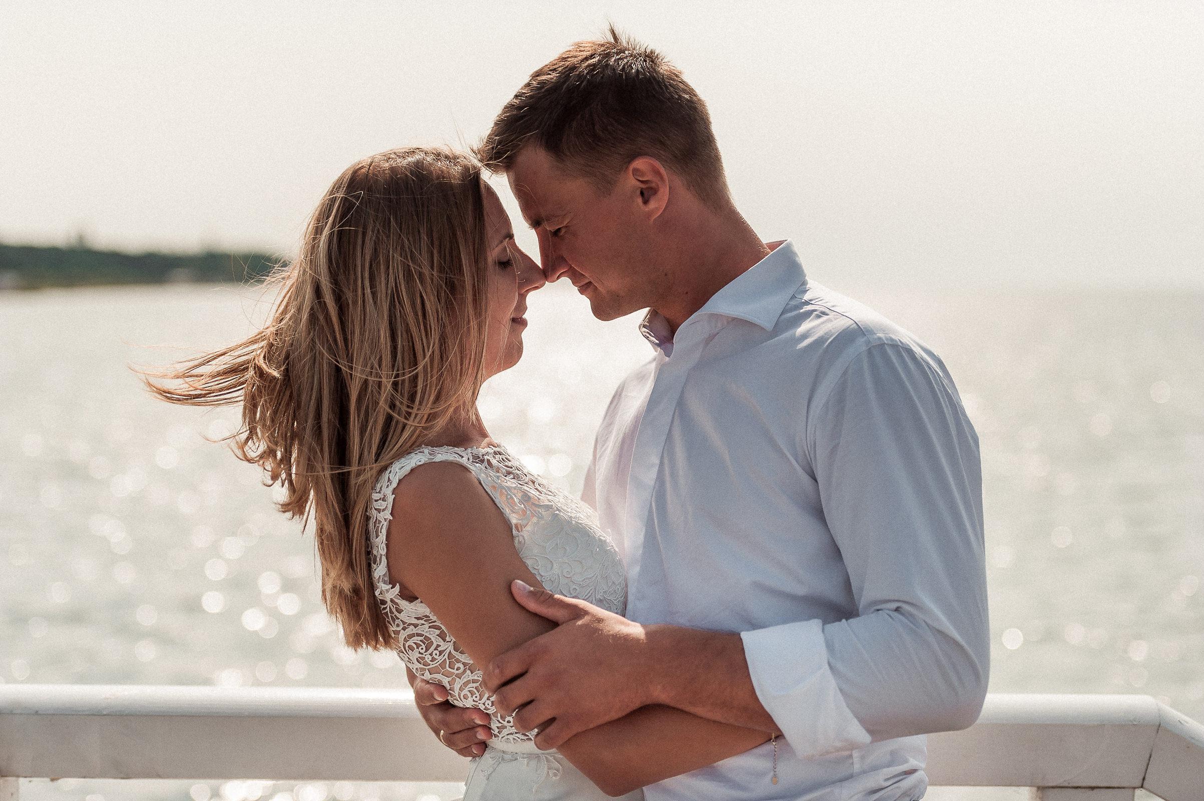 tafla zatoki puckiej mieniąca się w promieniach słońca jest wymarzonym tłem do sesji ślubnej