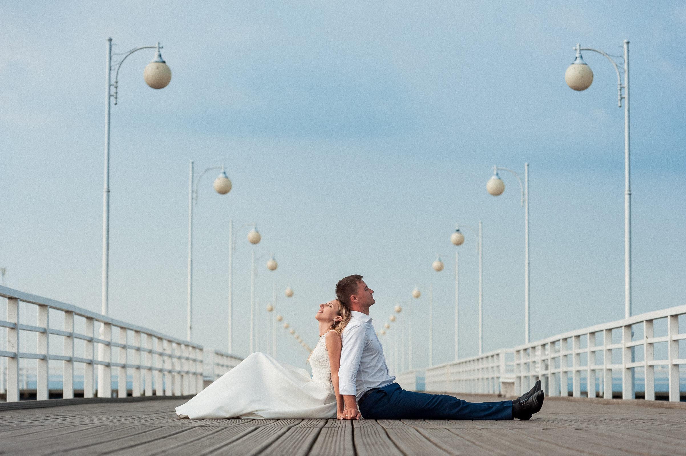 NIezwykła perspektywa molo w Juracie na sesji ślubnej pary młodej