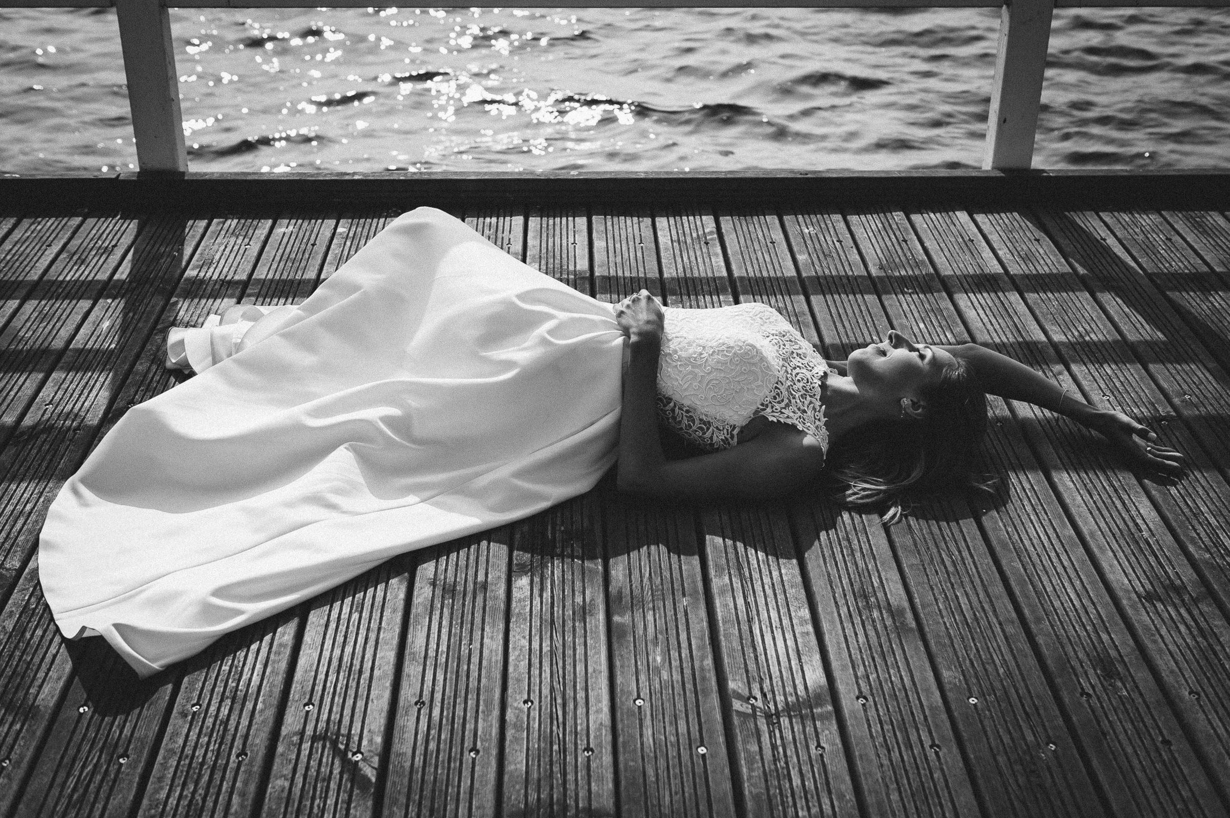 błogi relaks w promieniach letniego słońca na plenerze ślubnym wśród szumu fal