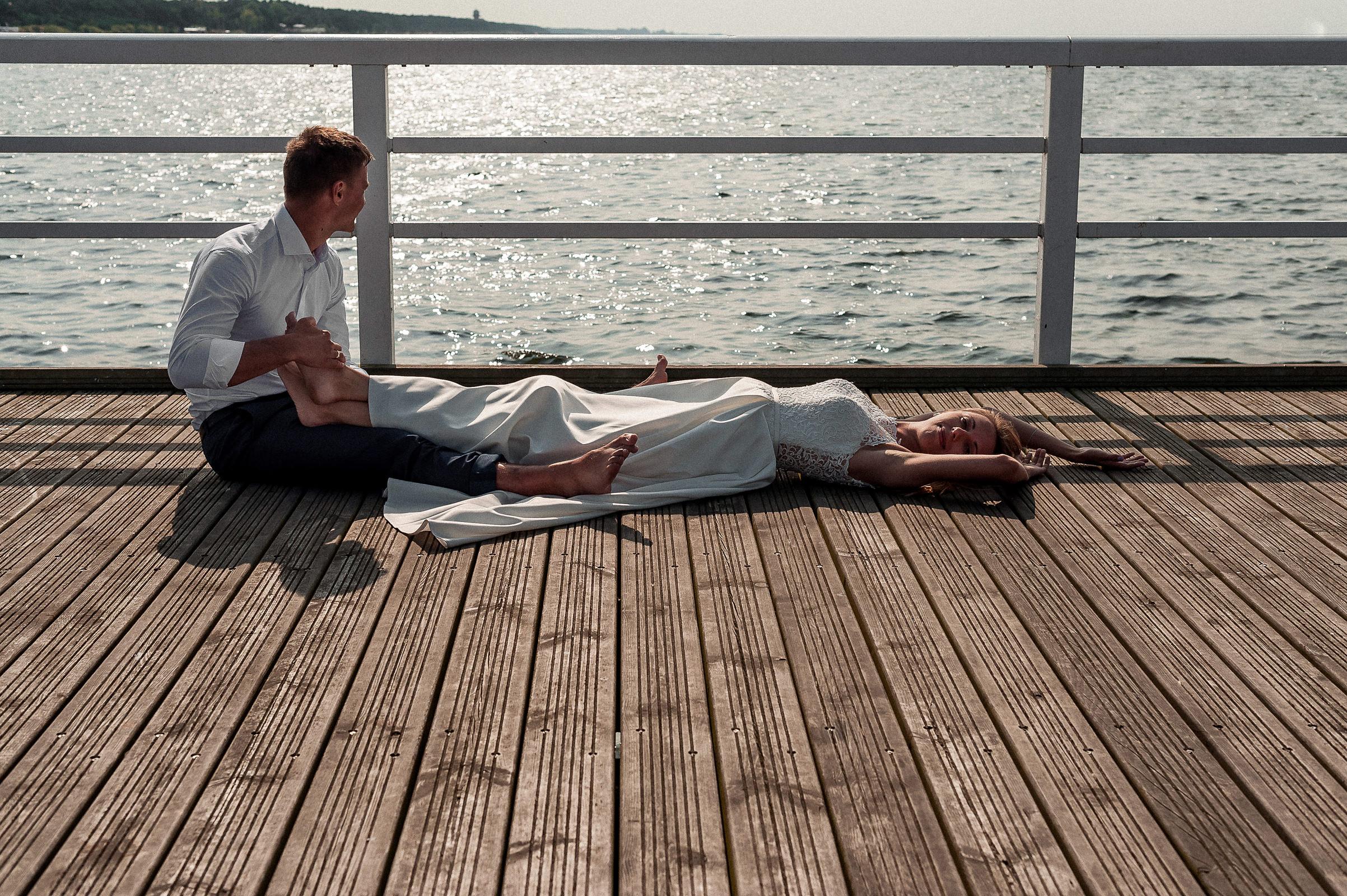 błogi relaksujacy masaż stóp w wykonaniu pana młodego