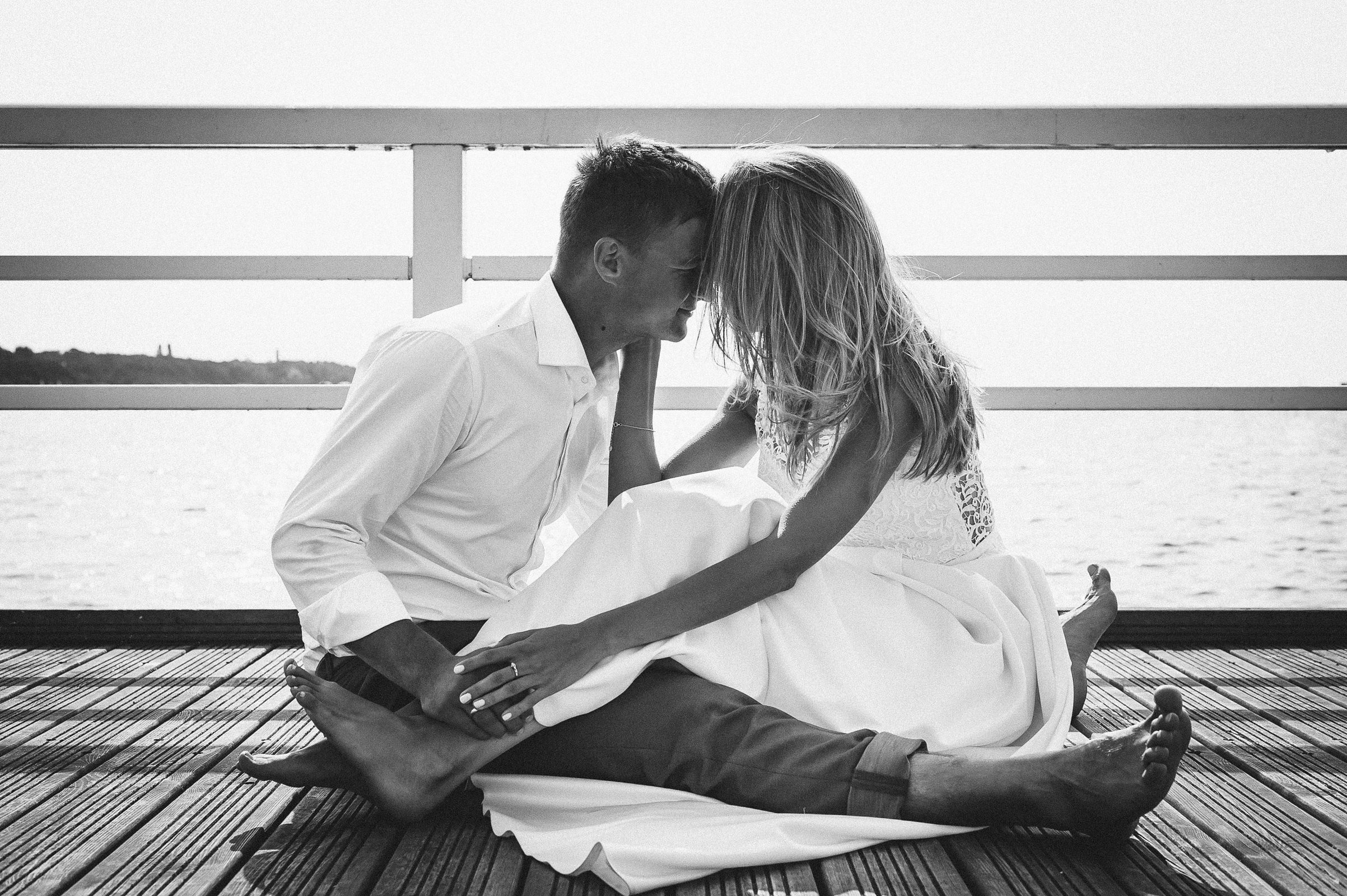 czarno białe zdjęcie pary młodej w objęciach