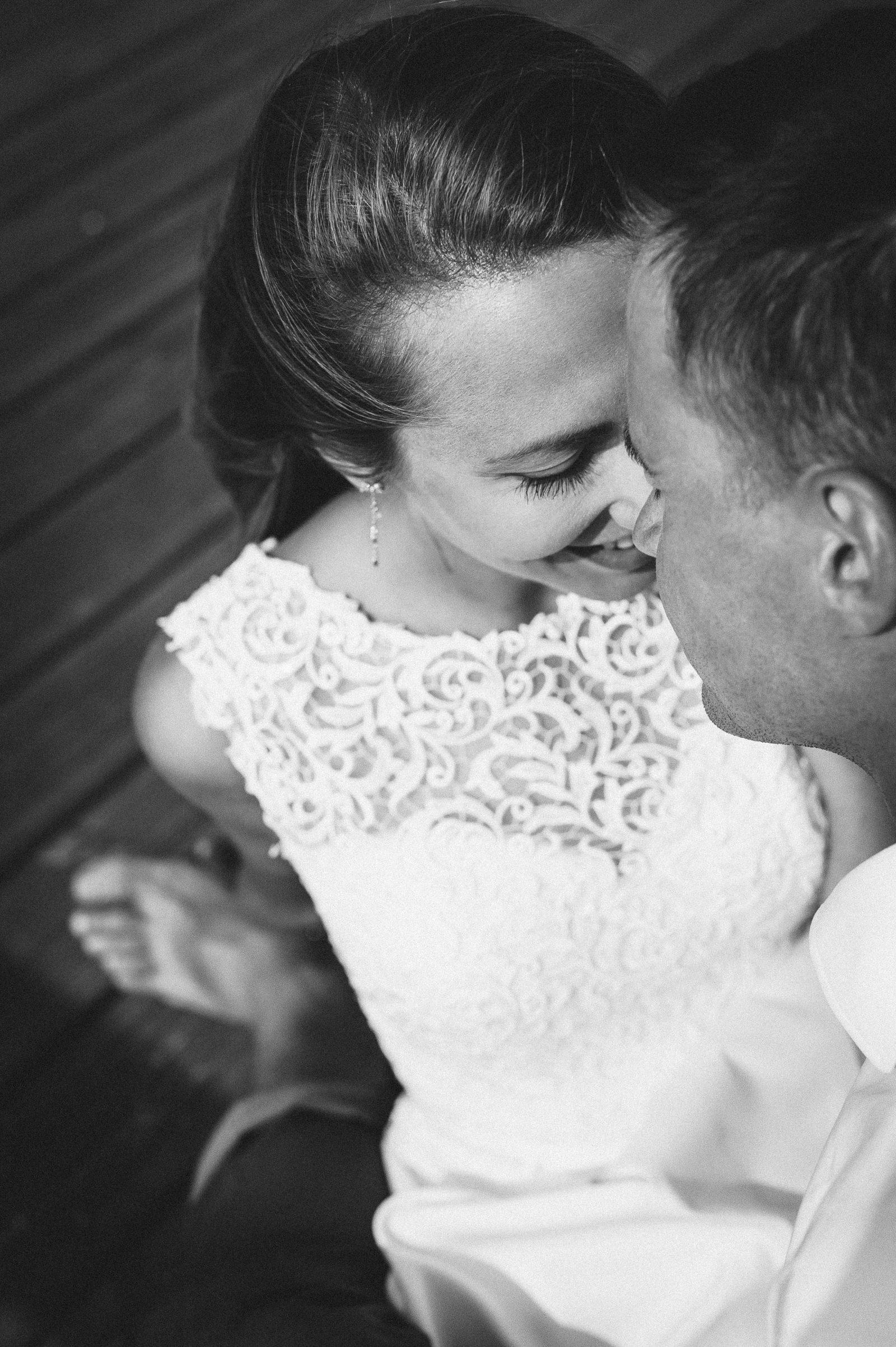 czuły uśmiech panny młodej podczas sesji ślubnej