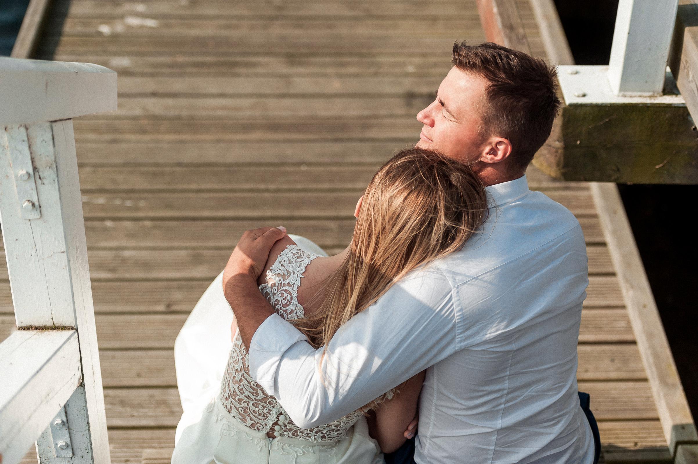 para młoda rozmyśla wspólnej przyszłości podczas pleneru ślubnego