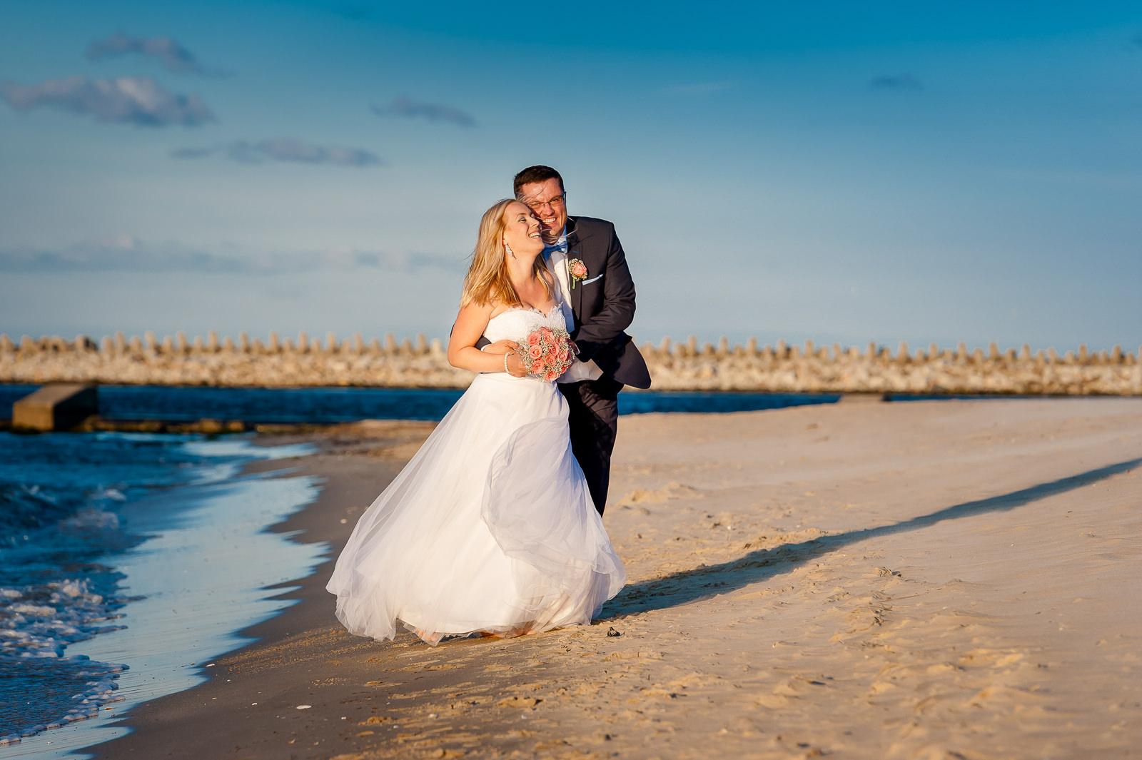 Plaża w Górkach Zachodnich idealnie nadaje się na plener ślubny nad morzem o zachodzie słońca