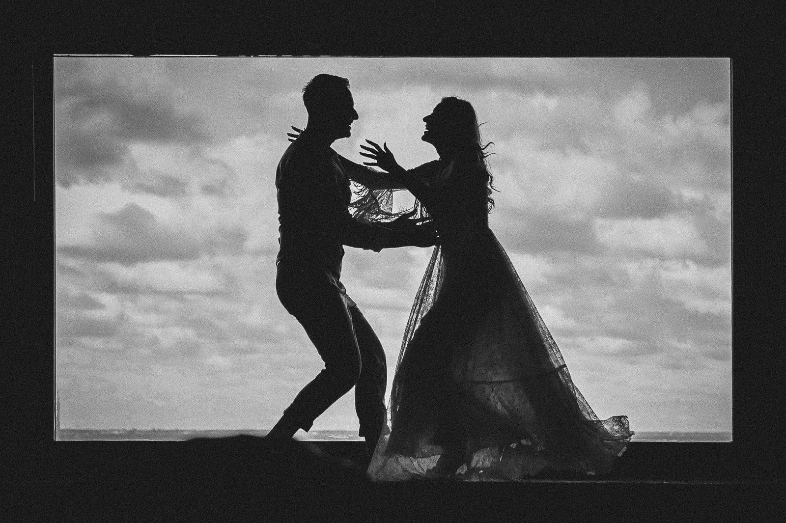 wprowadzenie ruchu i fotografowanie w trybie seryjnym sprawi, że fotografie ślubne zyskają na dynamice wyrazu