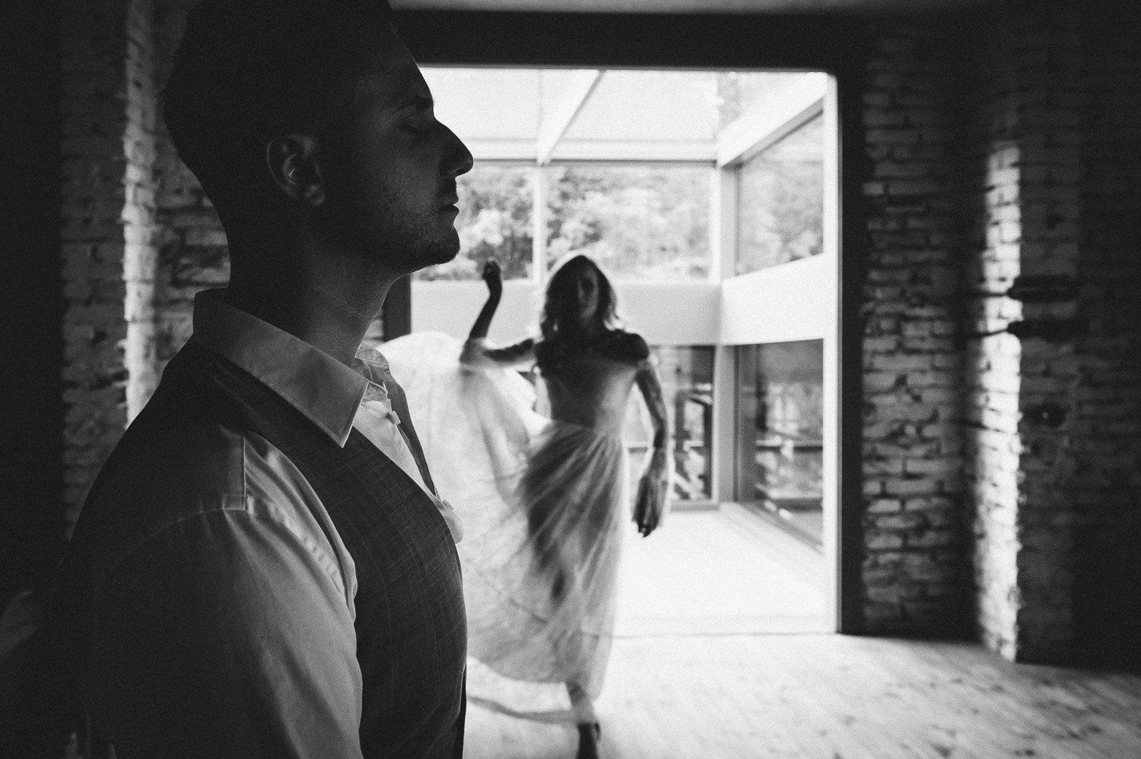 przemyslane komponowanie kadru sprawia, ze fotografie ślubne przestają być zwyczajnymi zdjęciami i nabierają walorów artystycznych