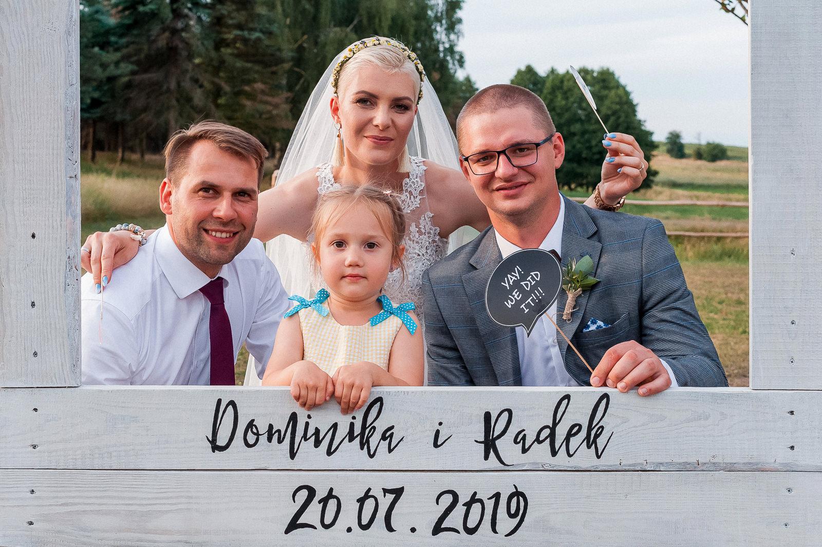Podczas pozowania do zdjęć na weselach dobrze sprawdzają się wykonane specjalnie w tym celu ramki. Są one ciekawą alternatywą dla fotobudki.