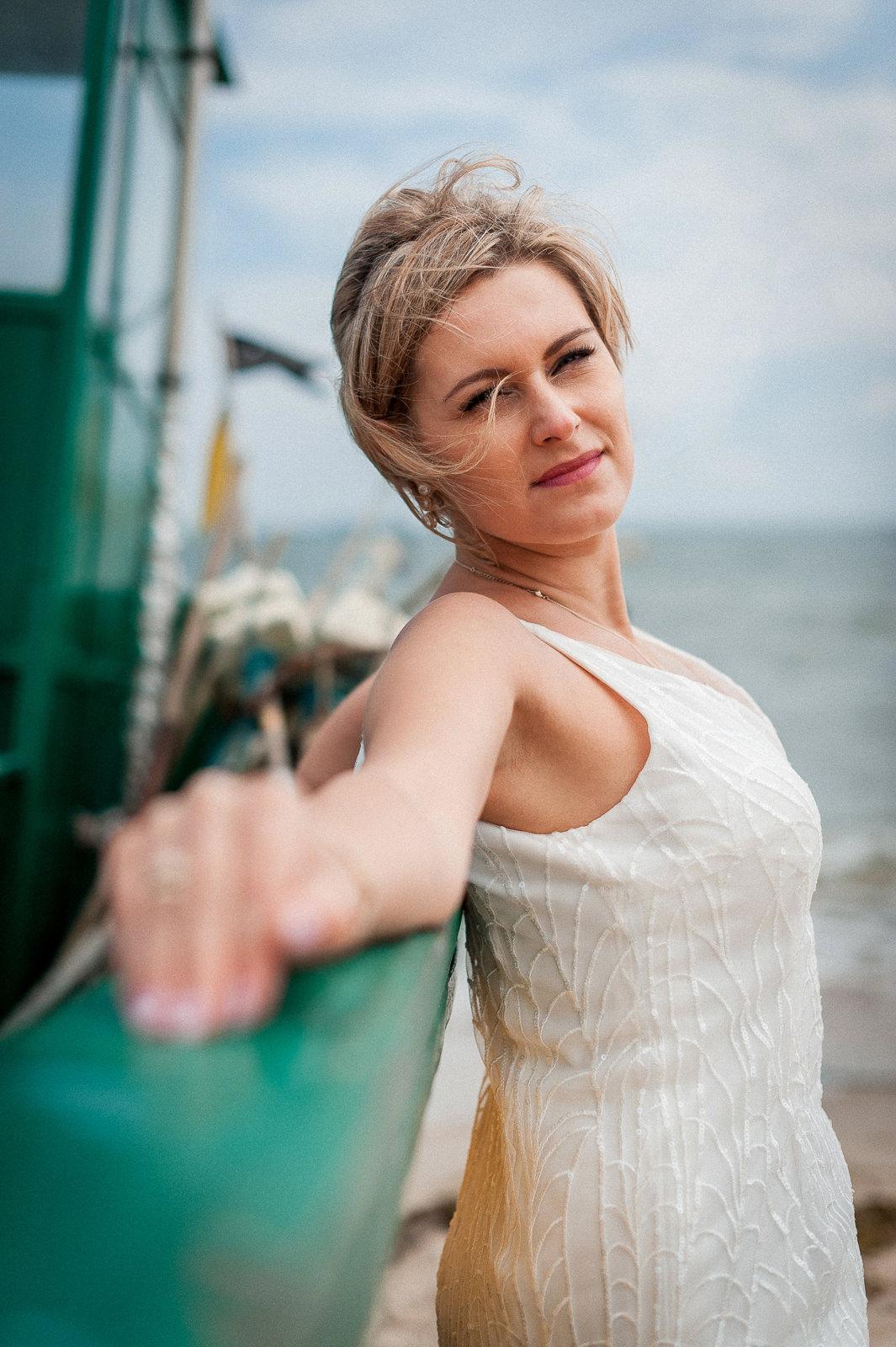 portret panny młodej nad morzem Gdynia Orłowo przy kutrach rybackich