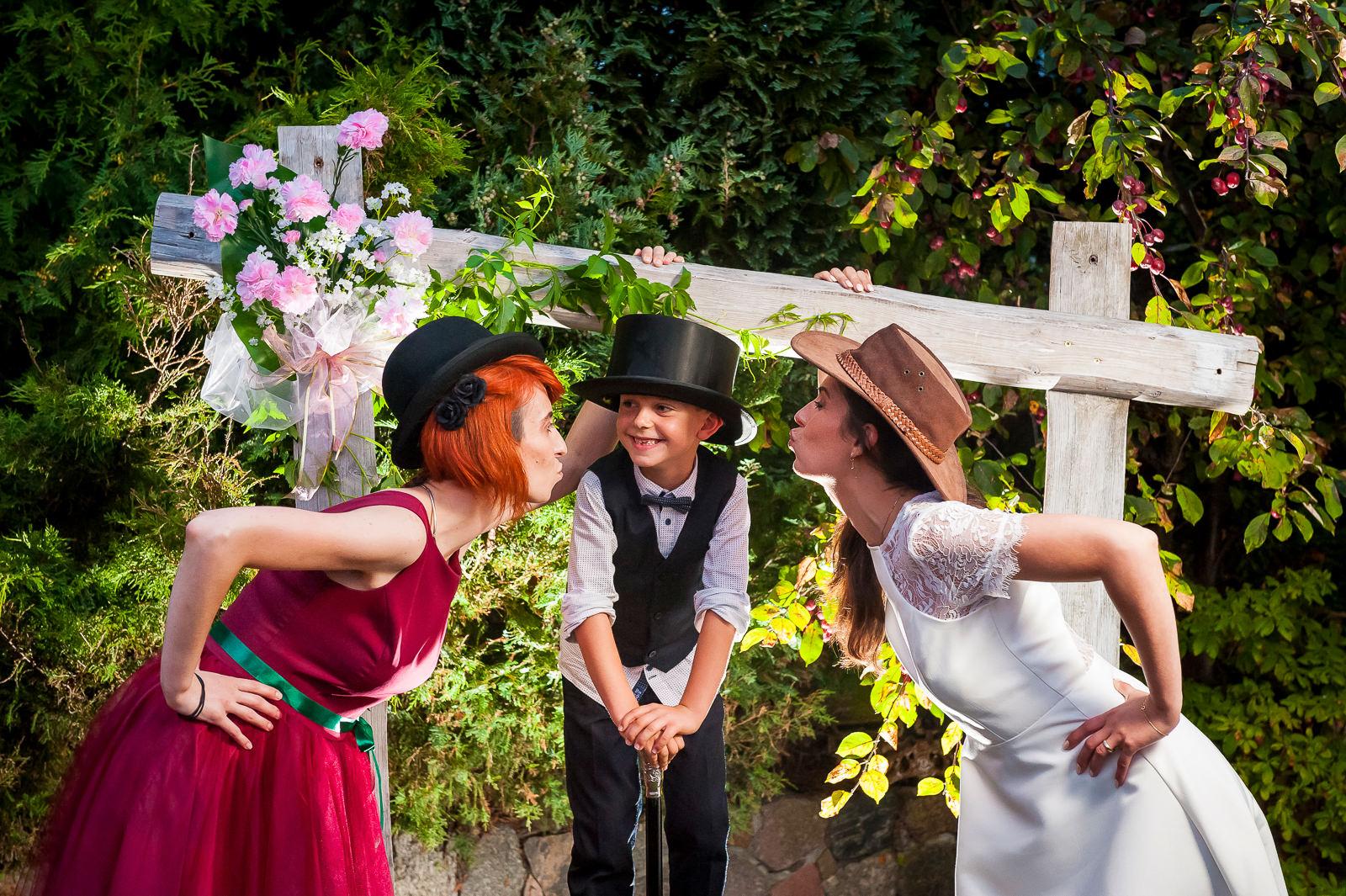 Nawet pozowane zdjęcia w trakcie ślubu mogą wyglądać niebanalnie - wszystko żalezy od wybranej konwencji przez parę młodą i fotografa ślubnego.