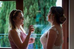 Naturalne światło okienne jest doskonałe do fotografii ślubnej.