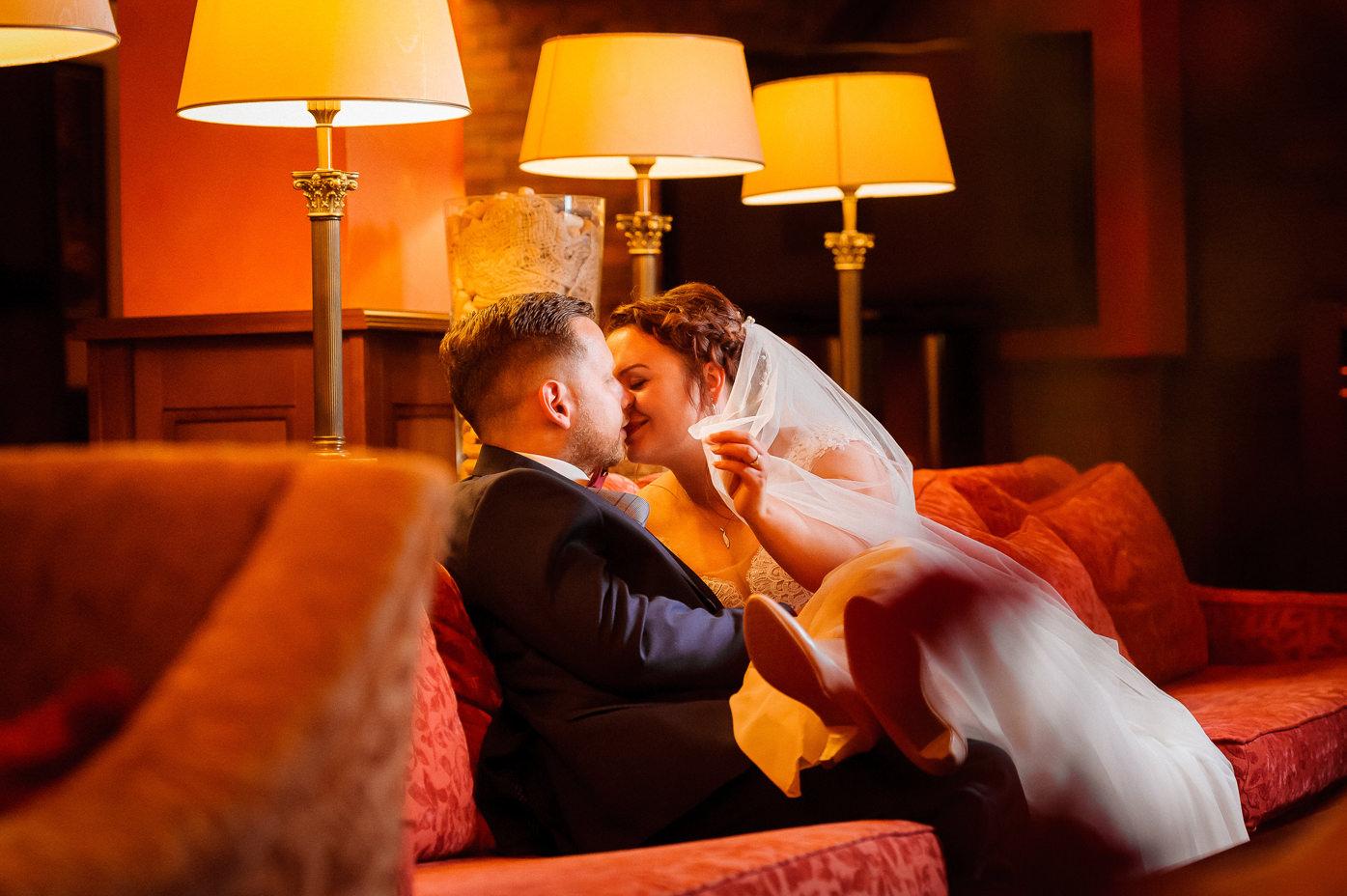 Rafał Kowalski Fotograf Ślubny opinie - romantyczne chwile podczas sesji zdjeciowej w dniu ślubu w Hotelu Słoneczny Młyn w Bydgoszczy