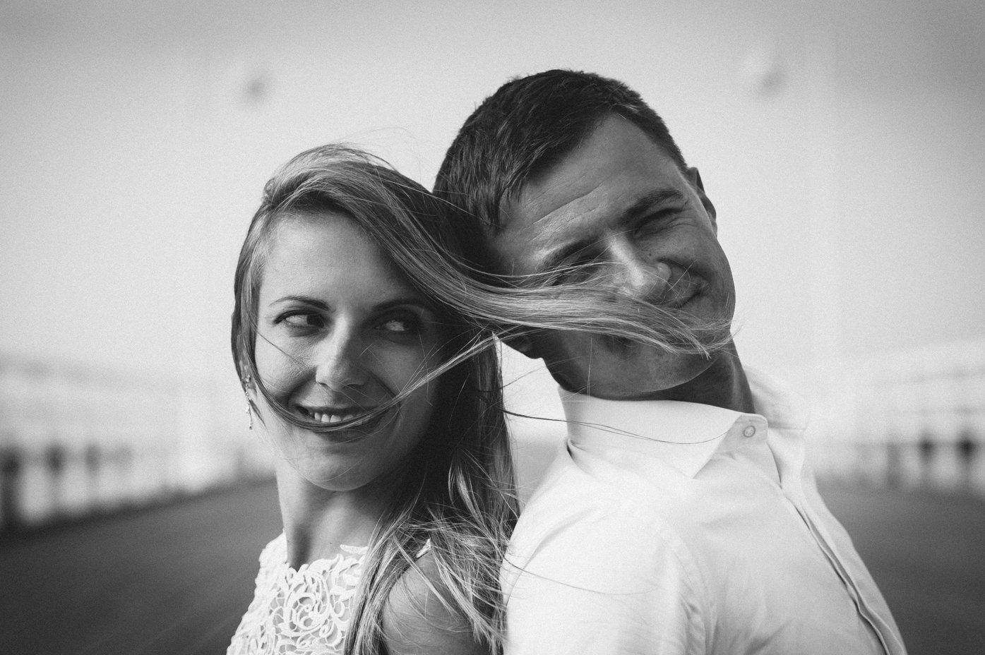 Fotograf ślubny Trójmiasto portret pary młodej z rozwianymi na wietrze kosmykami włosów