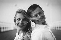 reportaż ślubny Gdańsk portret pary młodej z rozwianymi na wietrze kosmykami włosów