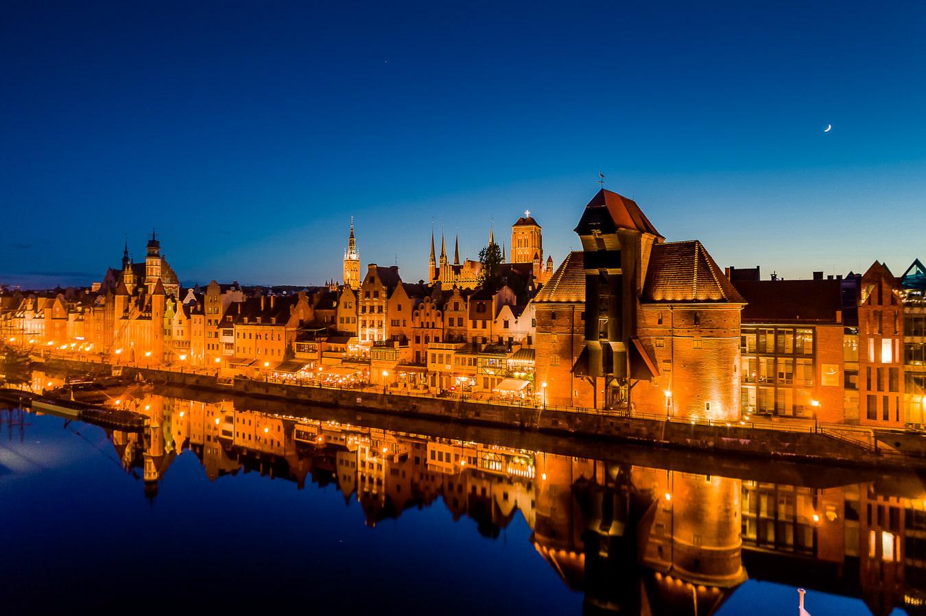 Gdańsk - Nocna panorama Długiego Pobrzeża z Żurawiem na pierwszym planie widziana od strony południowego krańca Ołowianki