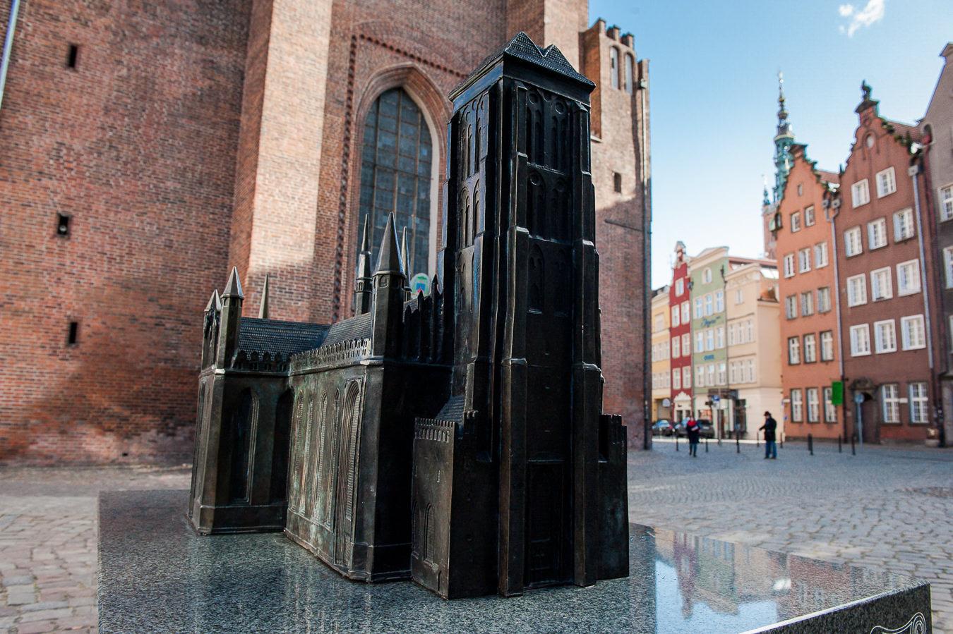 Miniaturowy model kościoła p.w. Najświętszej Marii Panny w Gdańsku przed glównym wejściem do świątyni