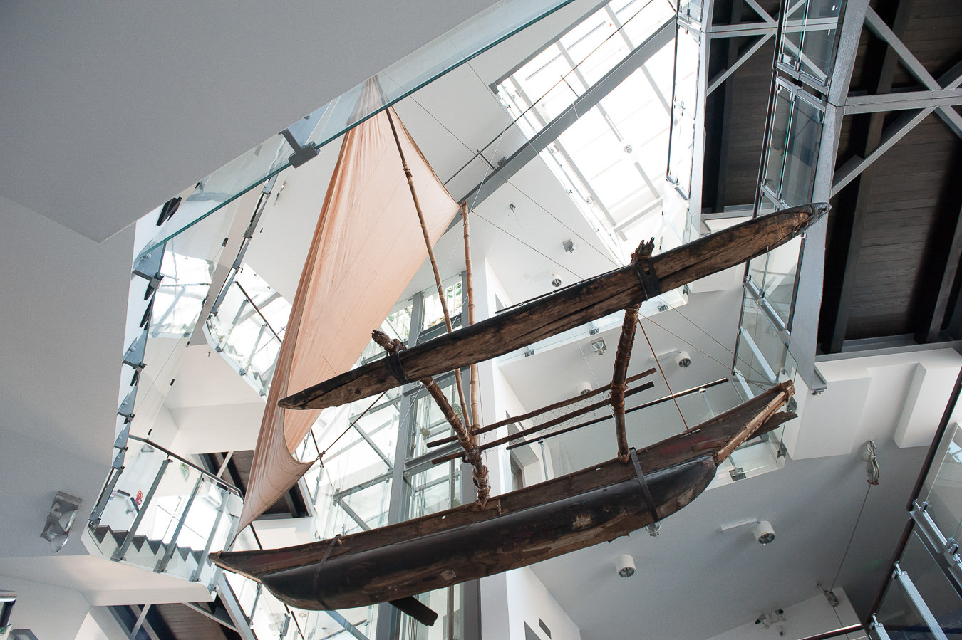 Ekspozycja łodzi z różnych stron świata w Narodowym Muzeum Morskim