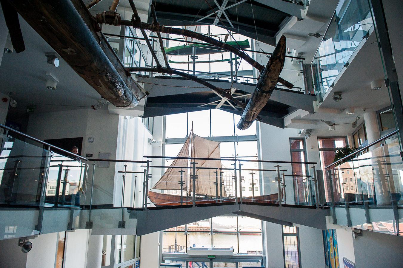 Klatka schodowa wewnątrz budynku Narodowego Muzeum Morskiego w Gdańsku