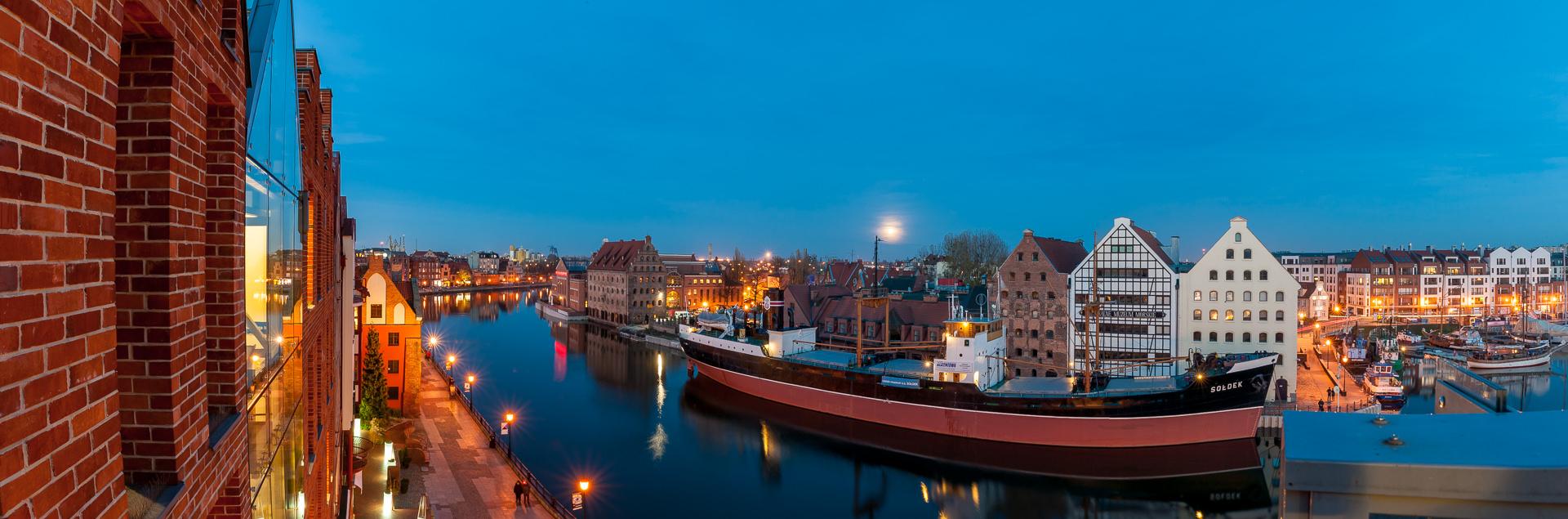 Gdańsk - Statek Sołdek na Motławie widziany w tarasu widokowego obok Żurawia