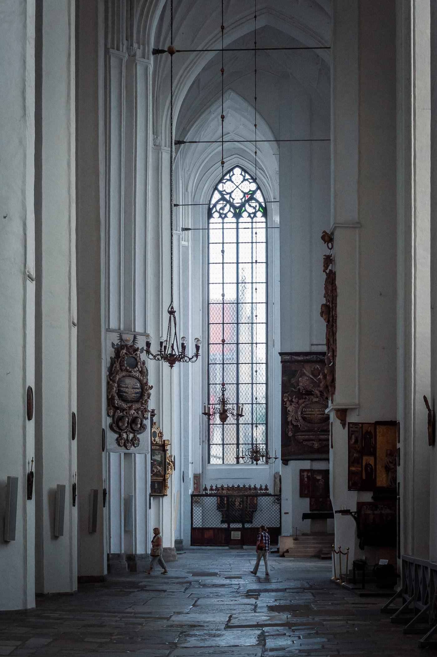 Rozmiar transeptu kościoła mariackiego w Gdańsku w porównaniu do wielkości człowieka